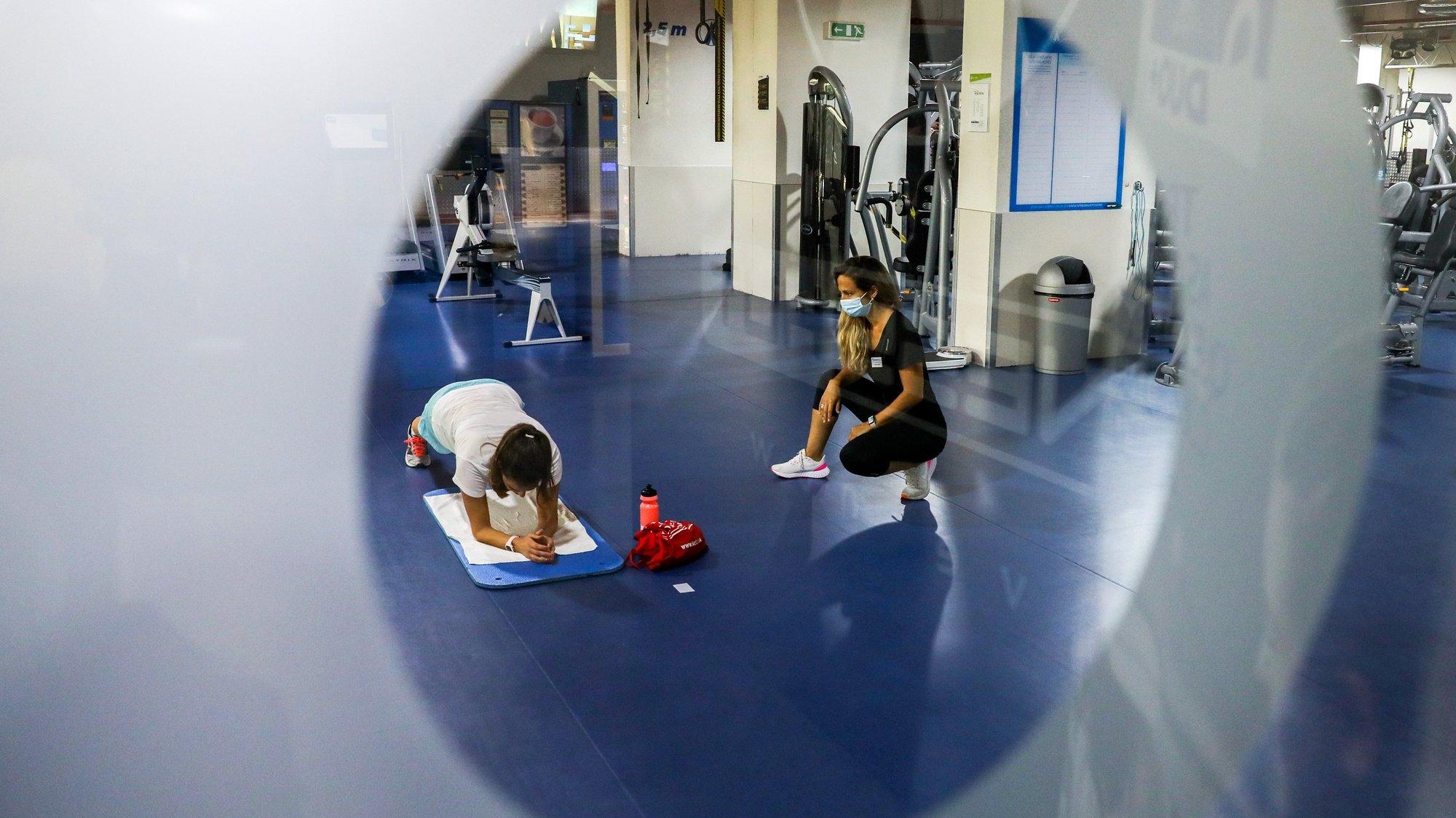 Uma utente treina esta manhã com a sua instrutora num ginásio em Lisboa, 03 de junho de 2020. Os ginásios puderam reabrir as suas portas ao público desde dia 1 de junho. MIGUEL A. LOPES/LUSA