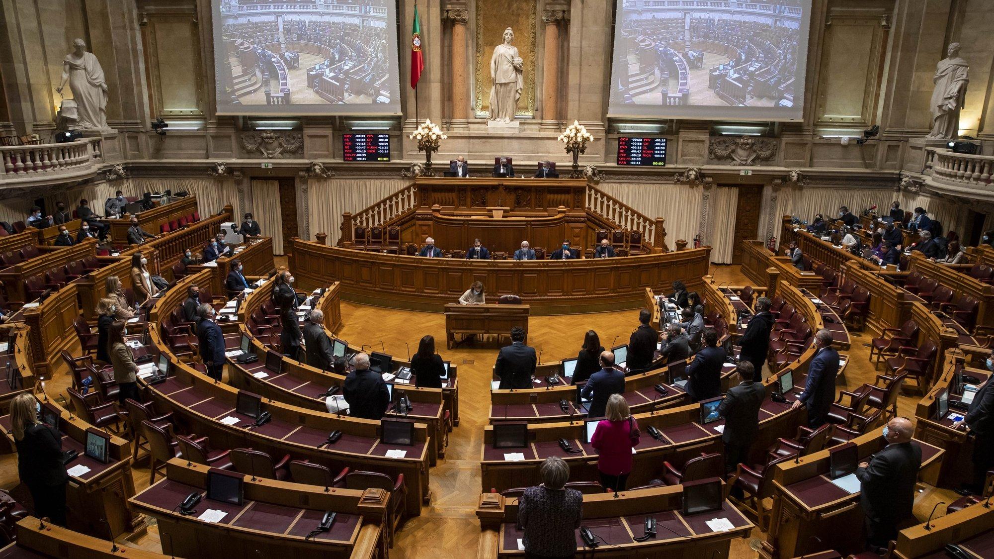 Os deputados da Assembleia da República participam na votação durante o debate sobre o pedido de renovação do estado de emergência, na Assembleia da República, em Lisboa, 04 de dezembro de 2020. JOSÉ SENA GOULÃO/LUSA
