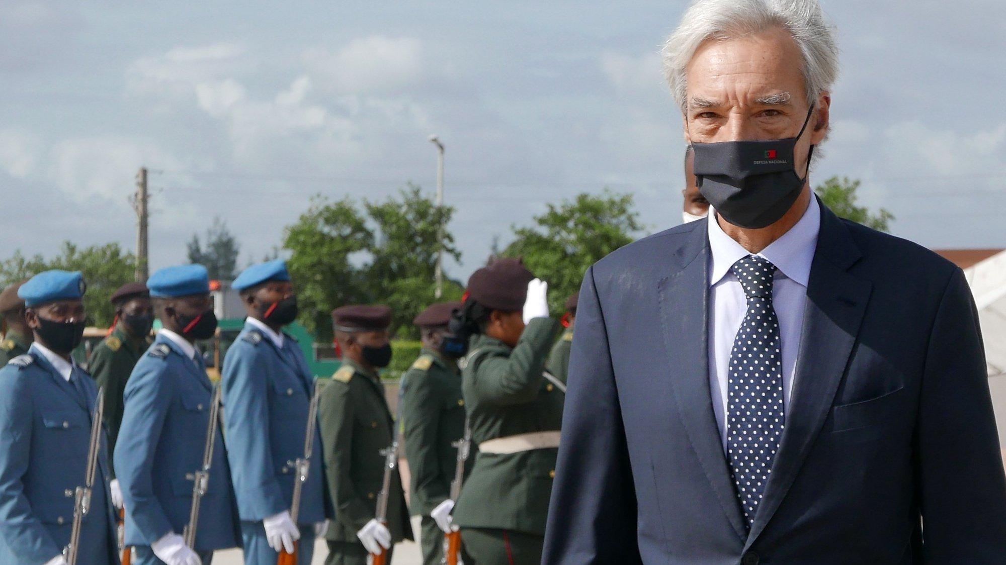 O ministro da Defesa Nacional, João Gomes Cravinho, durante a passagem pelo monumento dos Heróis Nacionais, em Maputo, Moçambique, 09 de dezembro de 2020. João Gomes Cravinho estará em Moçambique até sexta-feira, tendo em vista a negociação de um novo programa de cooperação bilateral no domínio da Defesa e o estreitamento de relações com África no âmbito da Presidência Portuguesa do Conselho da União Europeia (PPUE), que se iniciará em janeiro. LUÍSA NHANTUMBO/LUSA