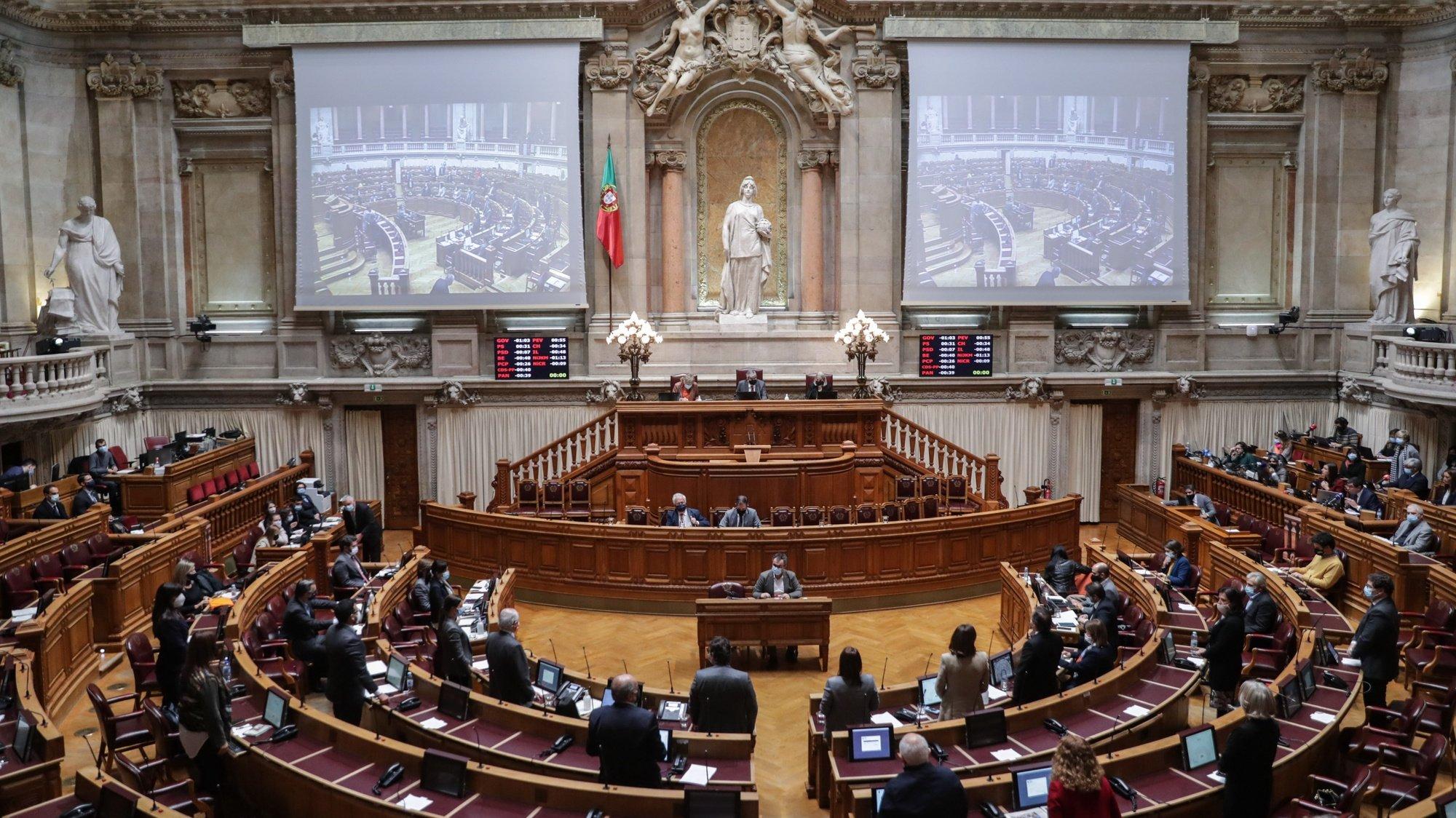 Deputados aprovam o pedido de renovação da aplicação da Declaração do Estado de Emergência, no período de 24 de novembro a 8 de dezembro de 2020, na Assembleia da República em Lisboa, 17 de dezembro de 2020. TIAGO PETINGA/LUSA