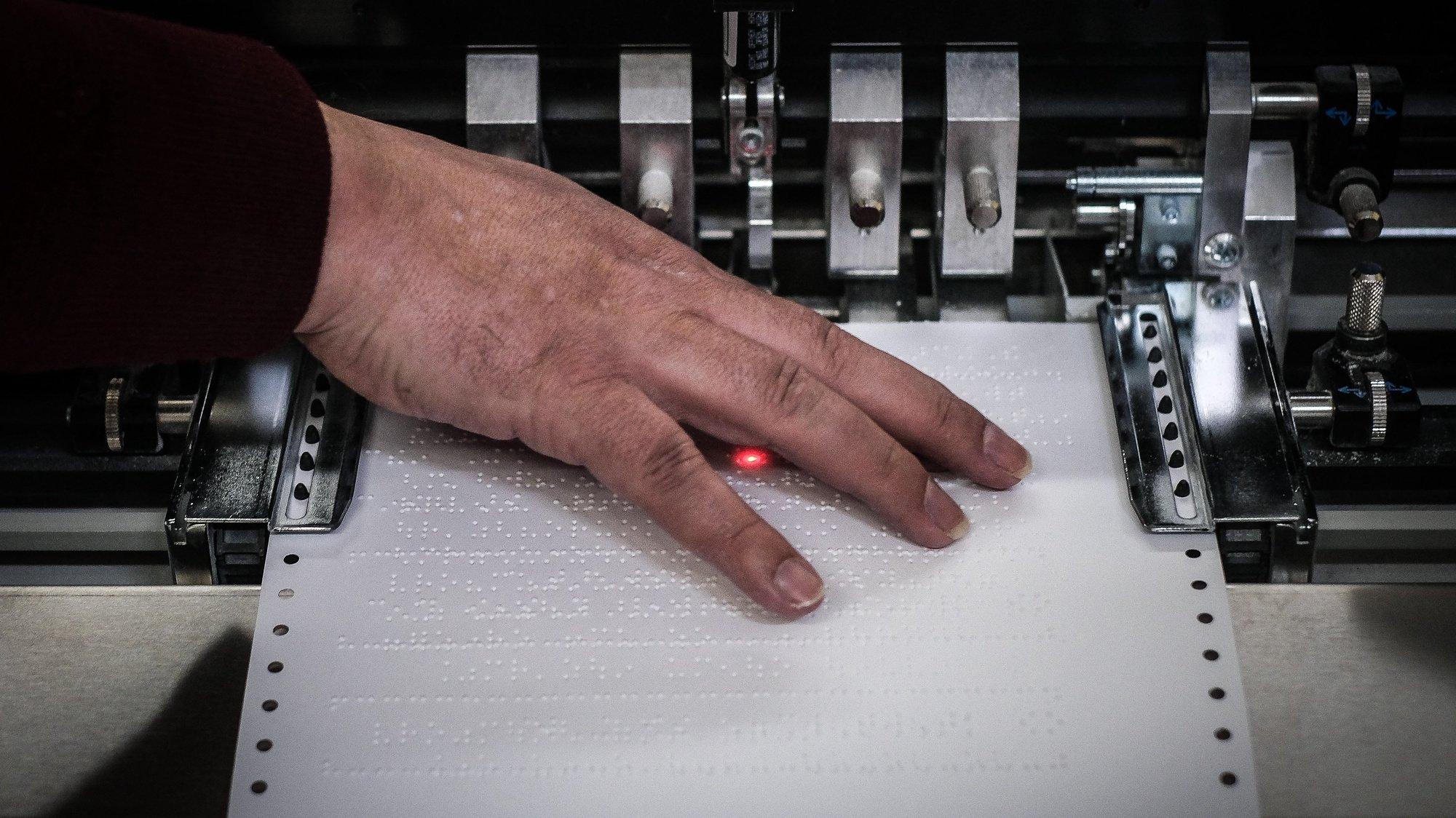 Um técnico de braille trabalha nas oficinas de braille da Associação dos Cegos e Amblíopes de Portugal (ACAPO), no dia em que se celebra o Dia Mundial do Braille, em Lisboa, 04 de janeiro de 2021. (ACOMPANHA TEXTO DA LUSA). MÁRIO CRUZ/LUSA