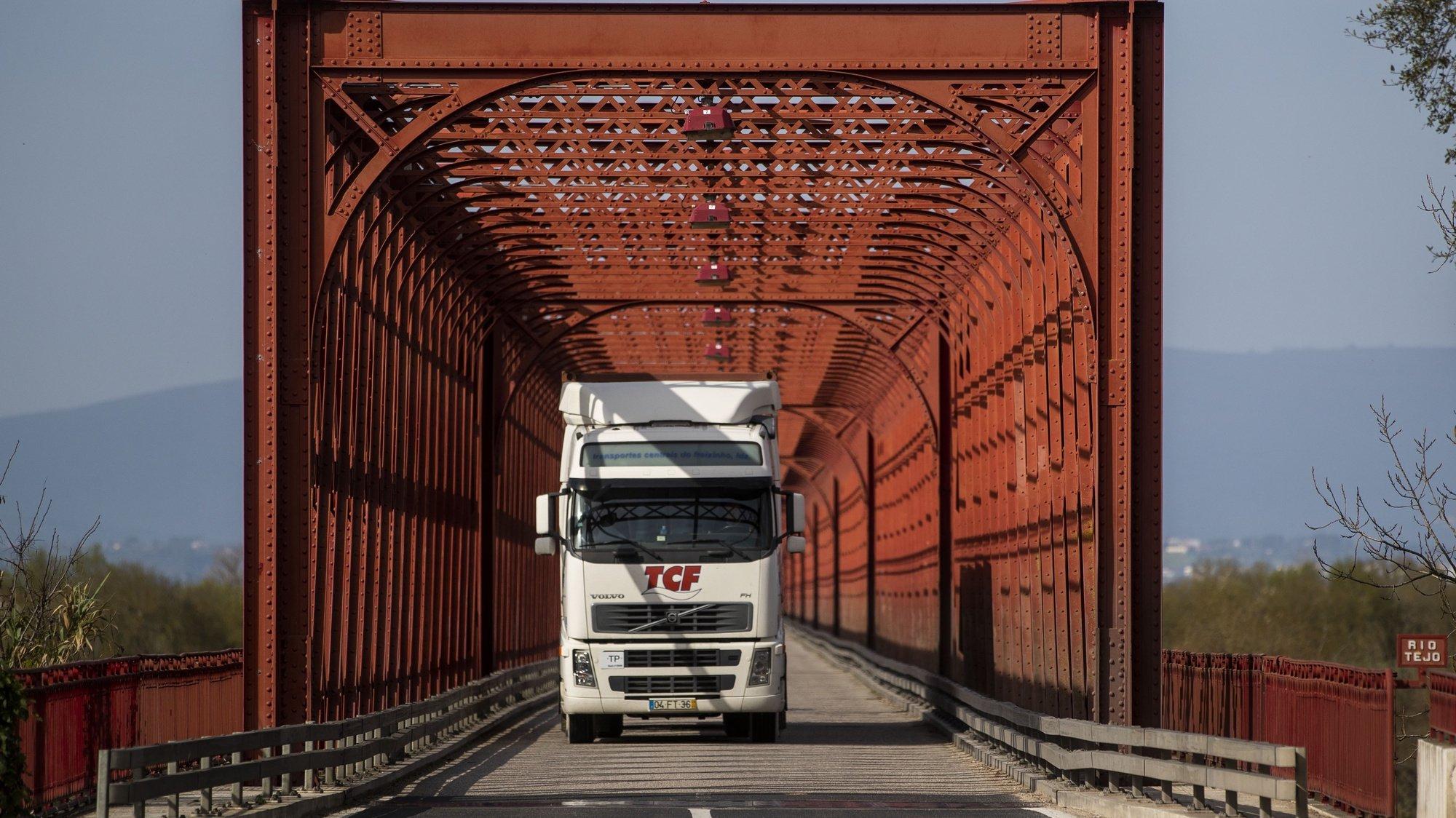 Um camião transporta resíduos para o Ecoparque do Relvão, na Chamusca, 06 de fevereiro de 2020. A população da Chamusca queixa-se do cheiro nauseabundo dos camiões carregados de resíduos. (ACOMPANHA TEXTO DO DIA 13 DE FEVEREIRO DE 2020). JOSÉ SENA GOULÃO/LUSA