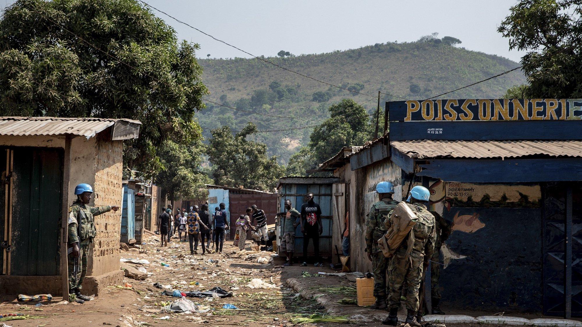 Forças da Missão de Estabilização Multidimensional Integrada da ONU na República Centro-Africana (Minusca) patrulham após ataque de rebeldes. 22 de janeiro de 2021 EPA/ADRIENNE SURPRENANT