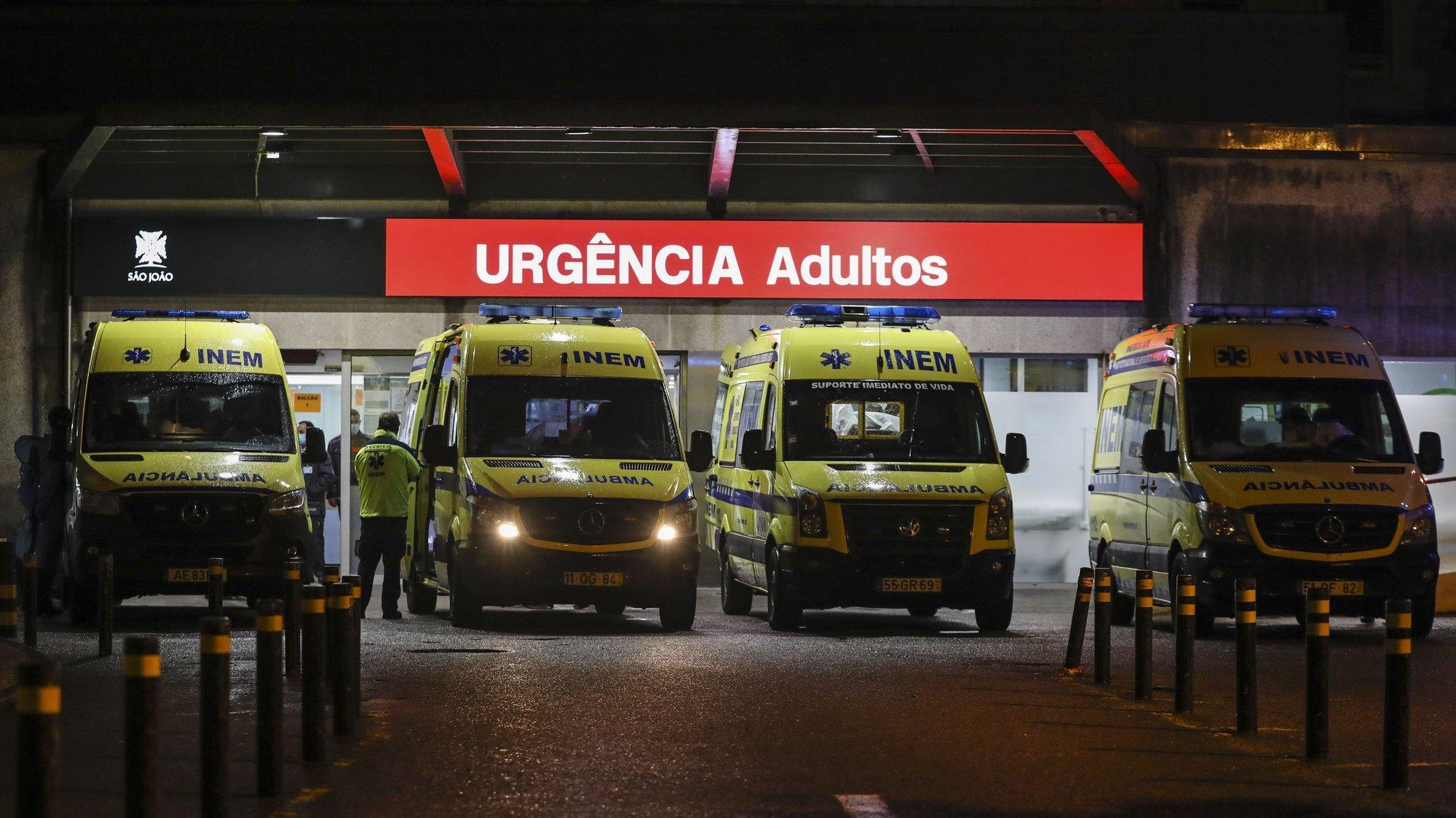 Chegada ao Hospital de São João de doentes covid-19 provenientes da região de Lisboa e Vale do Tejo (LVT), numa resposta solidária face à complexidade e à exigência daquela área do país, Porto, 3 de janeiro de 2020. JOSÉ COELHO/LUSA