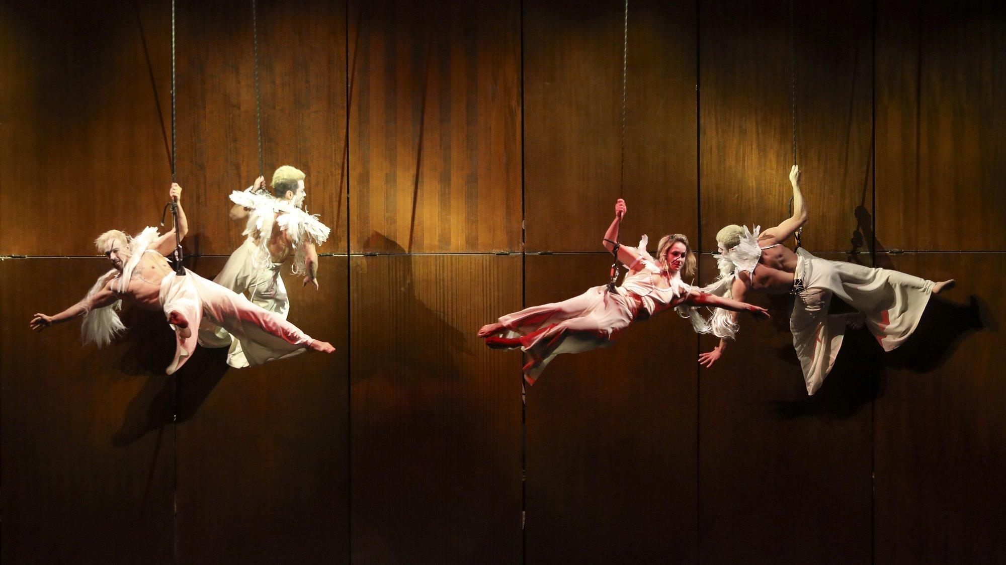 Artistas atuam no Circo de Natal do Coliseu do Porto, 13 de dezembro de 2020. O Circo acontece até 3 de janeiro, com um elenco português e uma orquestra a tocar ao vivo a banda sonora original de Filipe Raposo, para todos os números.  JOSÉ COELHO/LUSA