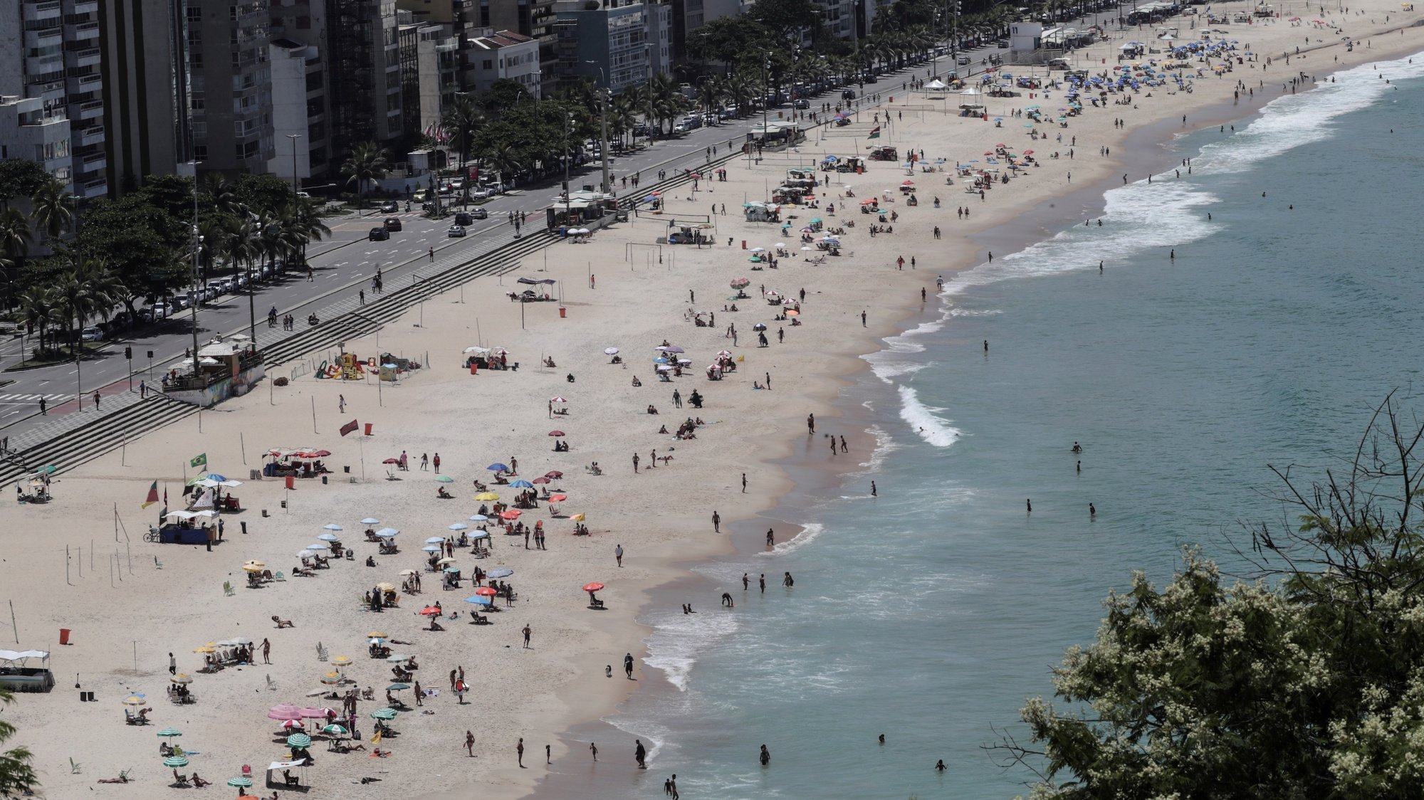 epa09022733 General view of Leblon beach full of bathers in Rio de Janeiro, Brazil, 18 February 2021. Brazil, one of the countries hardest hit by the coronavirus pandemic along with the United States and India, on 18 February 2021 reached 243,457 deaths and 10,030,626 accumulated cases since the first contagion was registered, almost a year ago.  EPA/Antonio Lacerda