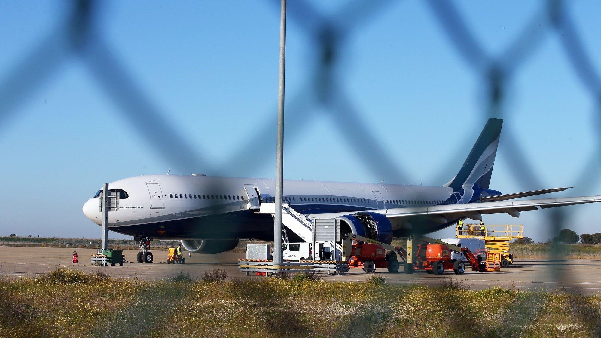 Um avião estacionado no Aeroporto de Beja, 21 de janeiro de 2021. NUNO VEIGA/LUSA