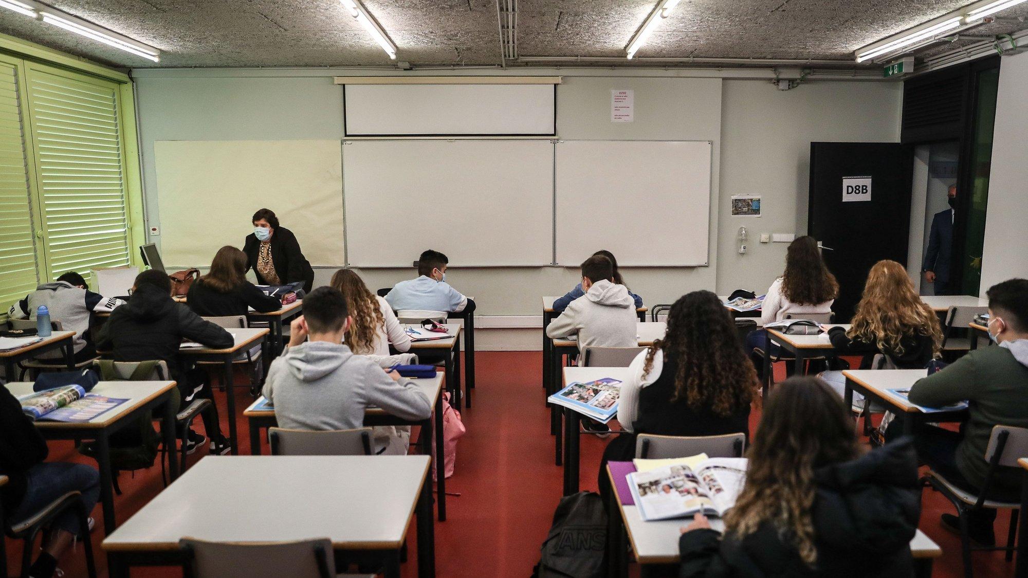 Alunos do agrupamento de escolas D. Dinis no regresso às aulas no âmbito do desconfinamento devido à pandemia de covid-19, em Lisboa, 5 de abril de 2021. MÁRIO CRUZ/LUSA
