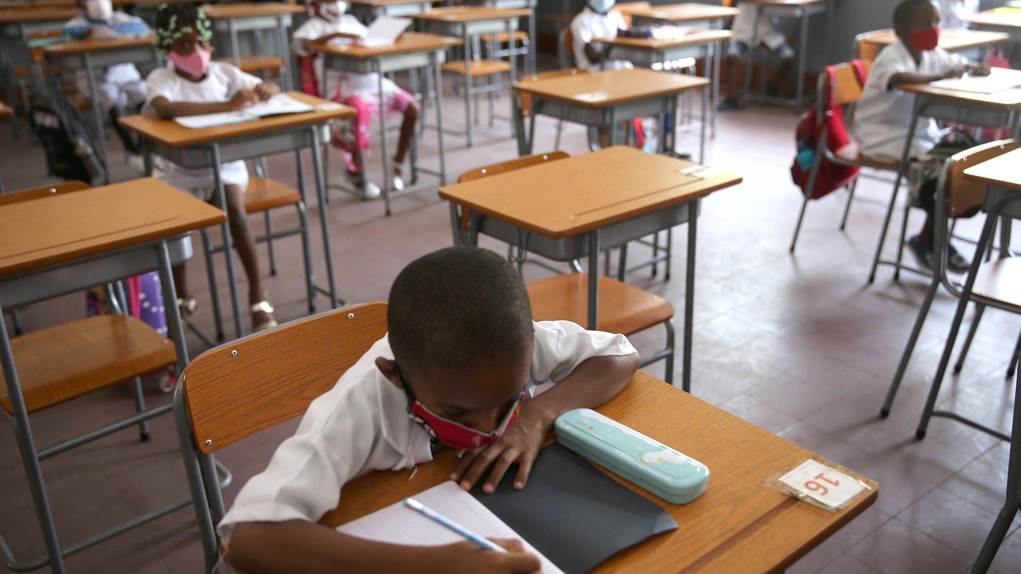 Alunos numa sala de aula da escola 1206, no município da Ingombota, no centro de Luanda, no dia do regresso às aulas presenciais, depois do levantamento das restrições pelo Governo, no âmbito do alívio das medidas de restrição para conter a pandemia da covid-19, Angola, 10 de fevereiro de 2021. Alunos do ensino primário em Angola regressaram hoje às escolas, quase um ano depois de as aulas presenciais terem sido suspensas devido à covid-19, com alguns pais ainda receosos e outros confiantes no cumprimento das medidas de segurança. (ACOMPANHA TEXTO DA LUSA). AMPE ROGÉRIO/LUSA