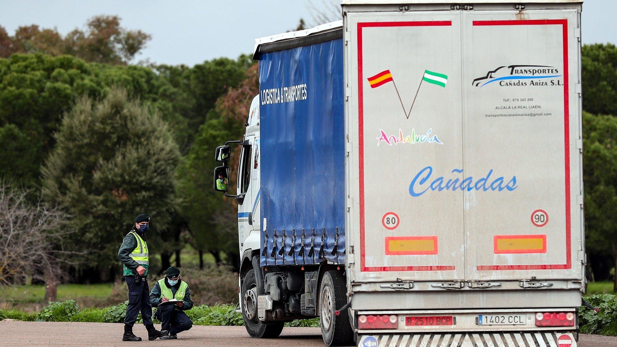Agentes da GNR verificam a documentação de um camionista durante uma operação de controlo na entrada em Portugal pela fronteira do Caia (Elvas), 1 de fevereiro de 2021. As fronteiras foram repostas desde as 00:00 de domingo, dia 31 de janeiro, no âmbito das medidas para conter a propagação da covid-19 no território português. NUNO VEIGA/LUSA