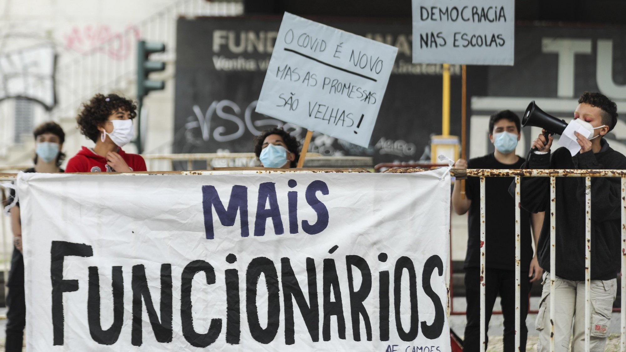 Alunos da Escola Artística António Arroio e da Escola Secundária de Camões participam num protesto contra a falta de condições nas escolas, que dizem agravada pela pandemia de covid-19, nomeadamente a falta de professores e funcionários nas escolas e a degradação das infraestruturas, esta tarde em frente ao Ministério da Educação em Lisboa, 29 de abril de 2021. MIGUEL A. LOPES/LUSA