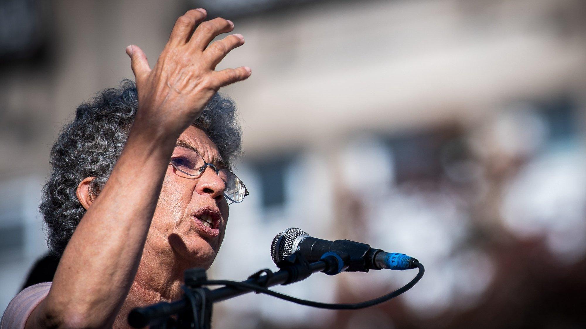 """A secretária-geral da CGTP-IN, Isabel Camarinha intervém durante a manifestação sob o lema """"Por uma Europa dos trabalhadores e dos povos, afirmar a soberania, lutar pelos direitos, mais emprego, produção nacional, salários e serviços públicos"""", no âmbito da Cimeira Social, organizada pela Presidência Portuguesa do Conselho da União Europeia (UE), no Porto, 08 de maio de 2021. RUI FARINHA/LUSA"""