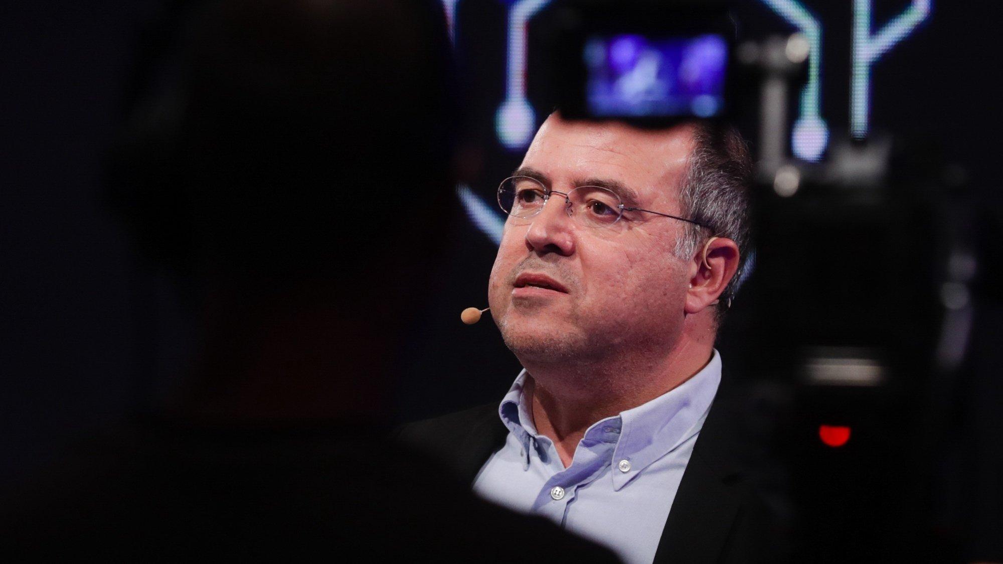 """O secretário de Estado do Cinema, Audiovisual e Media, Nuno Artur Silva, fala durante a abertura da Conferência de Alto Nível """"Inteligência Artificial (IA) e o Futuro do Jornalismo – A IA tomará posse do 4.º poder?"""", no palácio da Ajuda, em Lisboa, 11 de maio de 2021. TIAGO PETINGA/LUSA"""