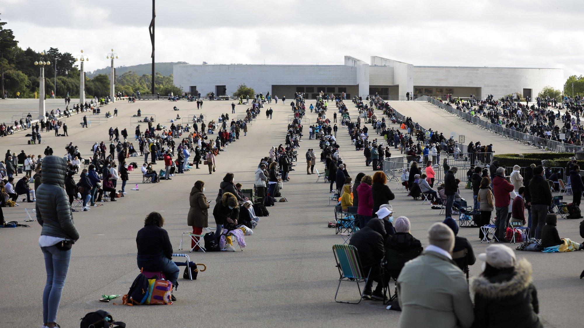 Peregrinos rezam no Santuário de Fátima, no inicio da peregrinação internacional dos dias 12 e 13 de maio que vai ser celebrada com lotação limitada a 7500 pessoas, devido às restrições impostas pela pandemia e será presidida pelo cardeal português D. José Tolentino Mendonça, em Fátima, Santarém, 12 de maio de 2021. PAULO CUNHA /LUSA