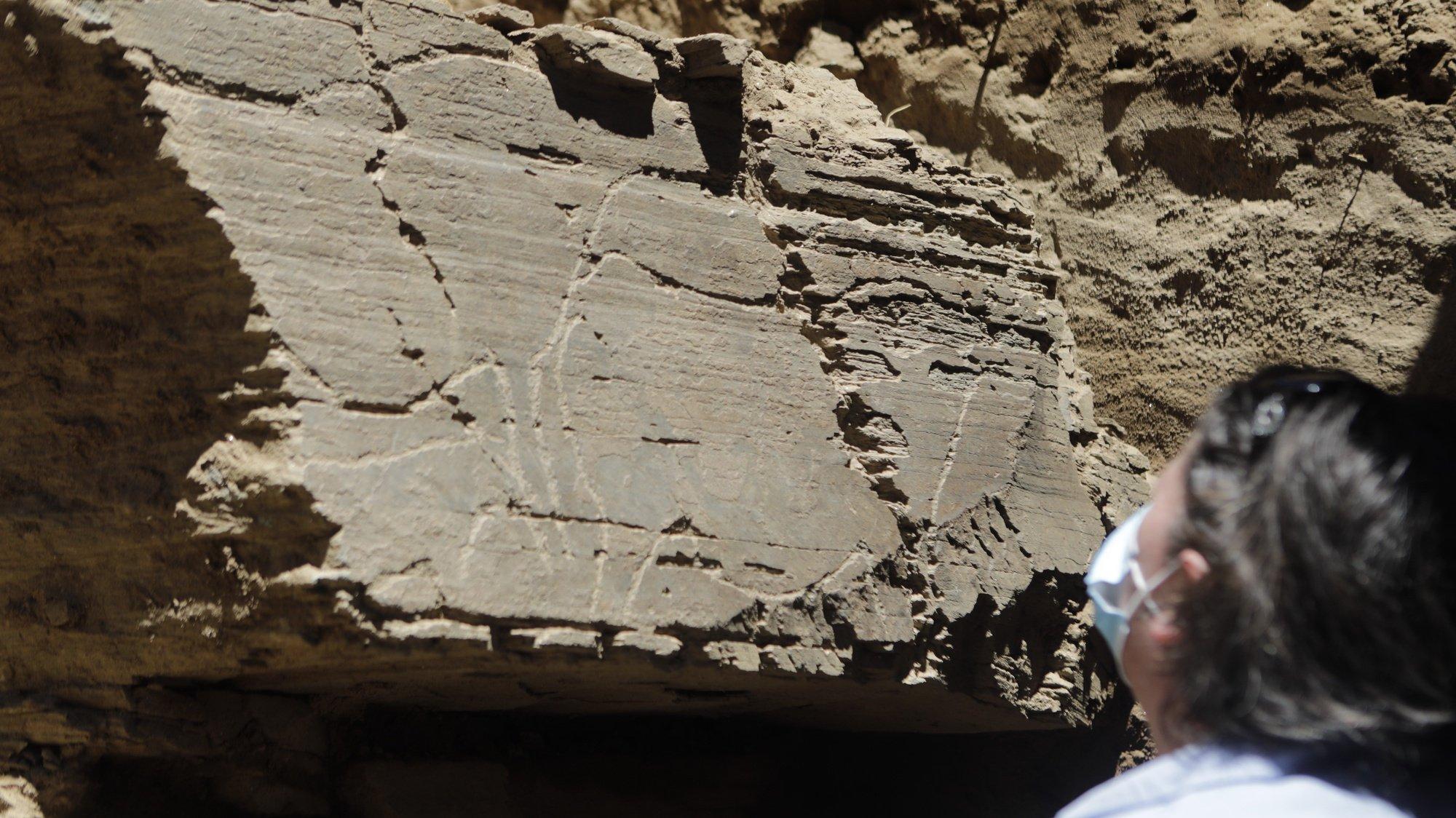 A EDP baixou o nível da água do rio Côa o que permitiu a um grupo de arqueólogos da Fundação Côa Parque fazerem escavações junto à margem do rio a uma profundidade nunca antes conseguida, pondo a descoberto a maior parede de arte rupestre a céu aberto, em Vila Nova de Foz Côa, 20 de maio de 2021. (ACOMPANHA TEXTO DA LUSA DO DIA 21 DE MAIO DE 2021). MIGUEL PEREIRA DA SILVA/LUSA