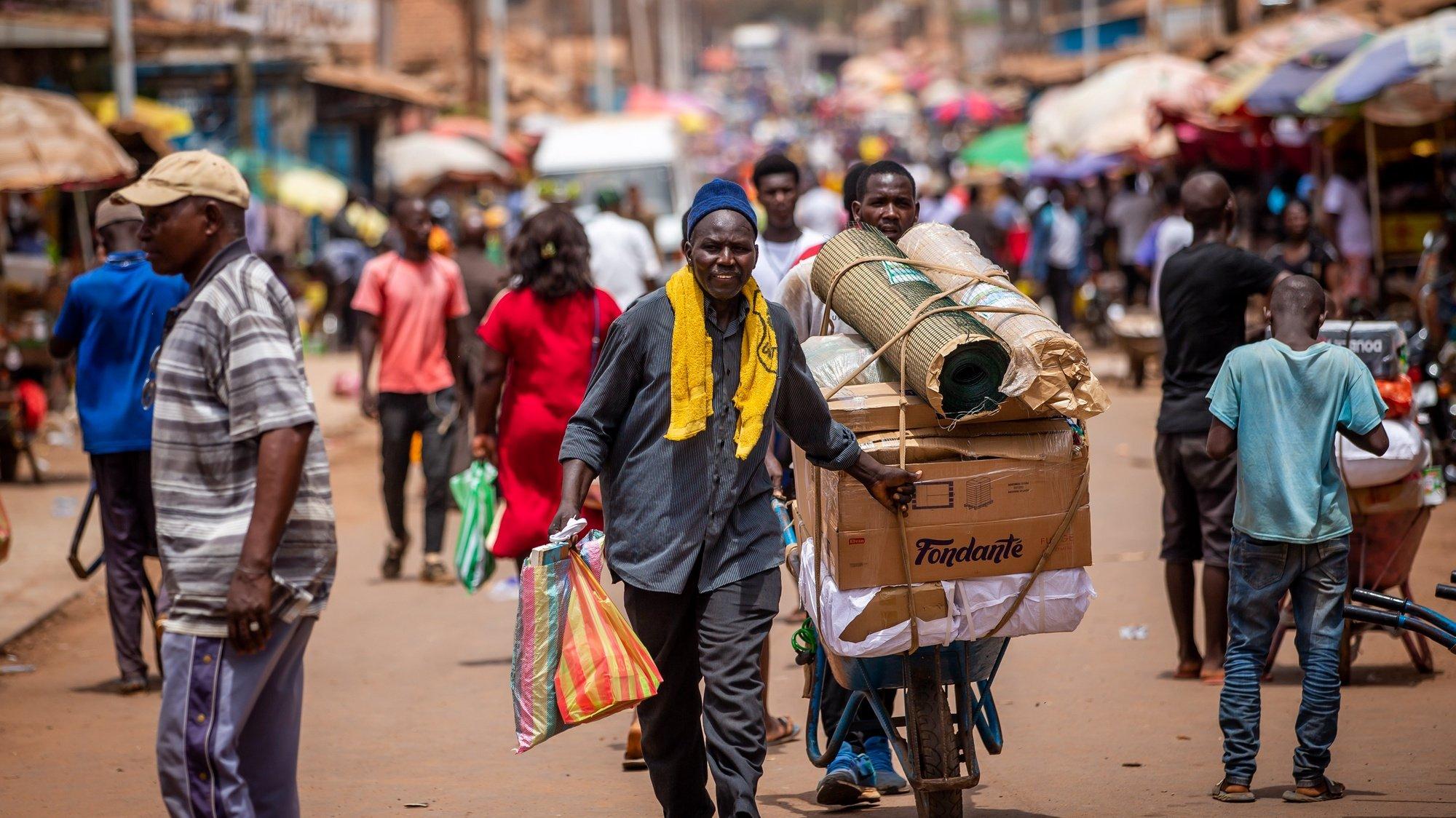 Um homem transporta mercadorias no mercado em Bissau, na Guiné-Bissau, 17 de maio de 2021. JOSÉ SENA GOULÃO/LUSA