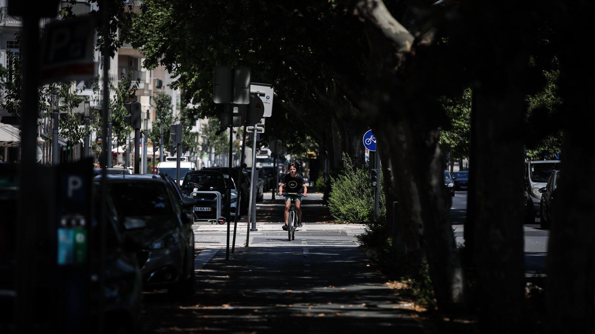 Uma pessoa utiliza uma bicicleta da rede de bicicletas partilhadas Gira, em Lisboa, em Lisboa, 16 de julho de 2020. (ACOMPANHA TEXTO DA LUSA DO DIA 18 DE JULHO DE 2020). MÁRIO CRUZ/LUSA