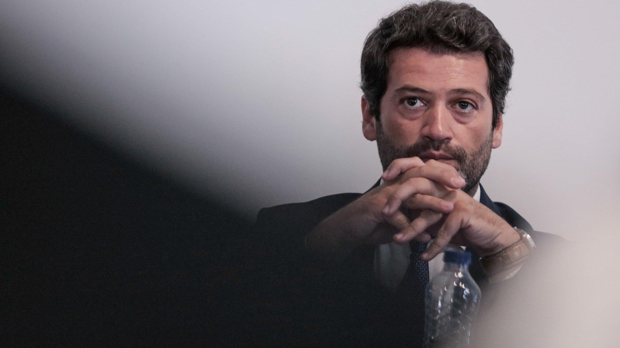 O presidente do Chega, André Ventura, durante a sessão de apresentação de nove candidatos autárquicos do partido ao distrito do Porto, na sede do partido, Porto, 12 de junho de 2021. MANUEL FERNANDO ARAÚJO/LUSA