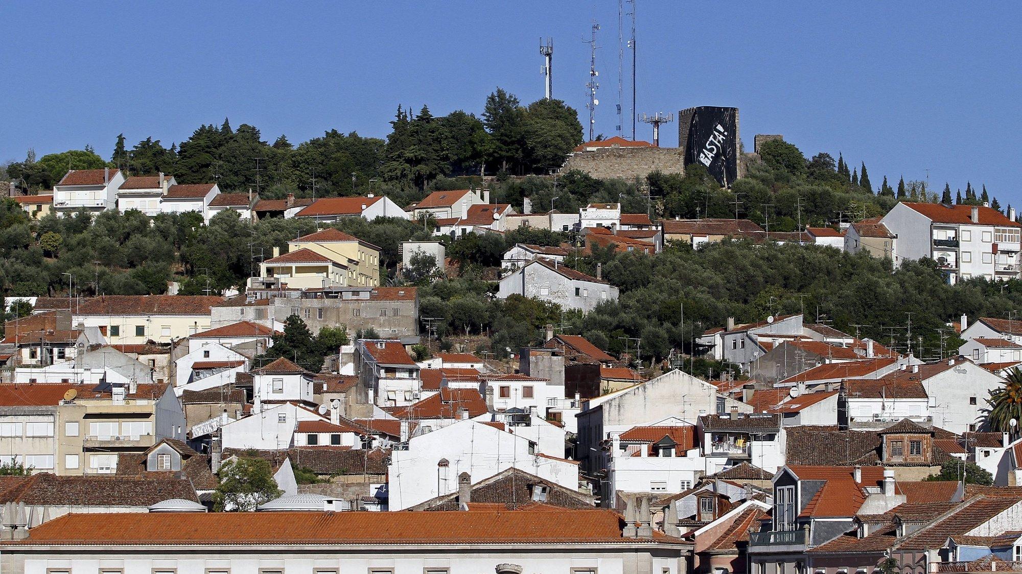 """A cidade de Castelo Branco acordou hoje com a torre do castelo coberta por uma tela negra e com a palavra """"basta"""" pintada a branco, num protesto contra as medidas de austeridade, 15 de setembro de 2012. (ACOMPANHA TEXTO).  ANTÓNIO JOSÉ/LUSA"""