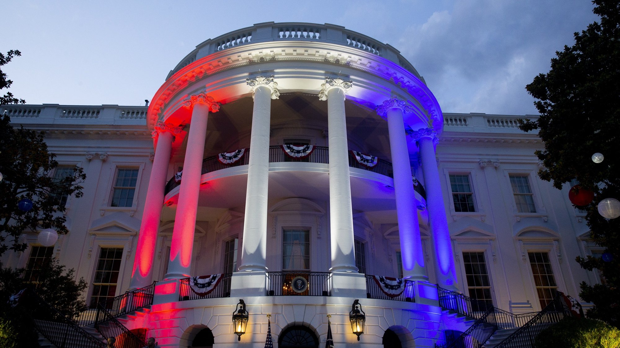epa09322907 The South Portico of the White House is illuminated with the colors of the US national flag during a celebration of Independence Day in Washington, DC, USA, 04 July 2021.  EPA/MICHAEL REYNOLDS / POOL