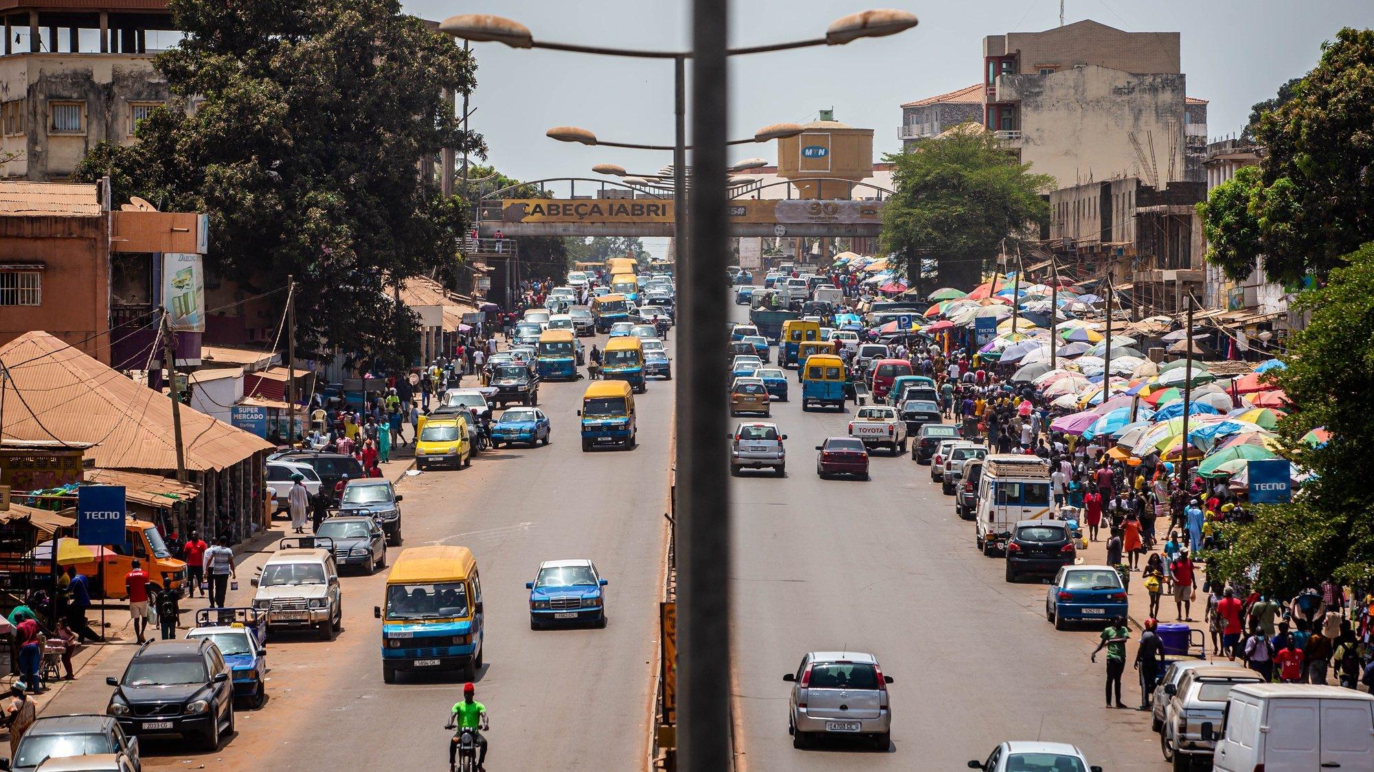 Trânsito junto ao Mercado Bandim, em Bissau, na Guiné-Bissau, 16 de maio de 2021. JOSÉ SENA GOULÃO/LUSA