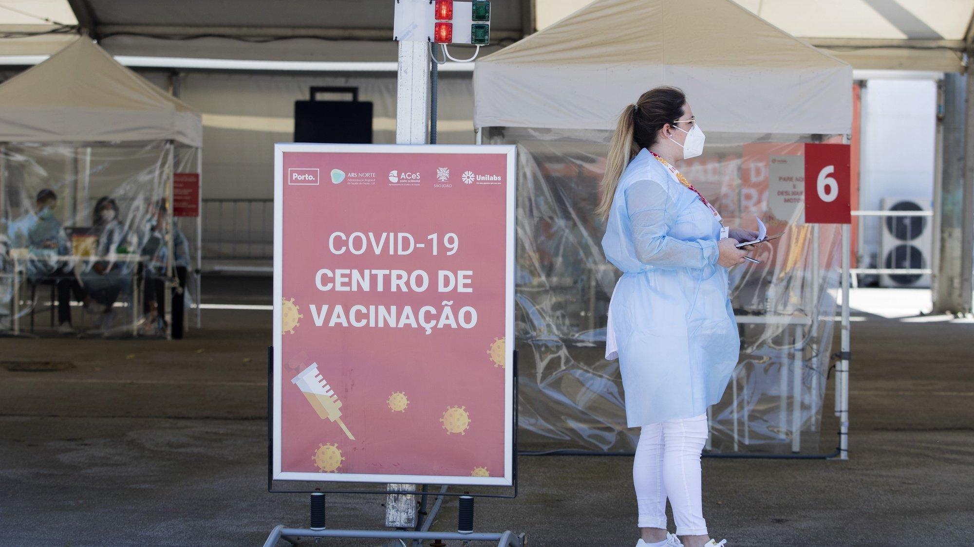 Centro de vacinação 'drive-thru', instalado no Queimódromo, junto ao Parque da Cidade, Porto, 8 de julho de 2021. O centro de vacinação 'drive-thru' entrou hoje funcionamento, devendo permitir a inoculação de 2.000 pessoas por dia. JOSÉ COELHO/LUSA