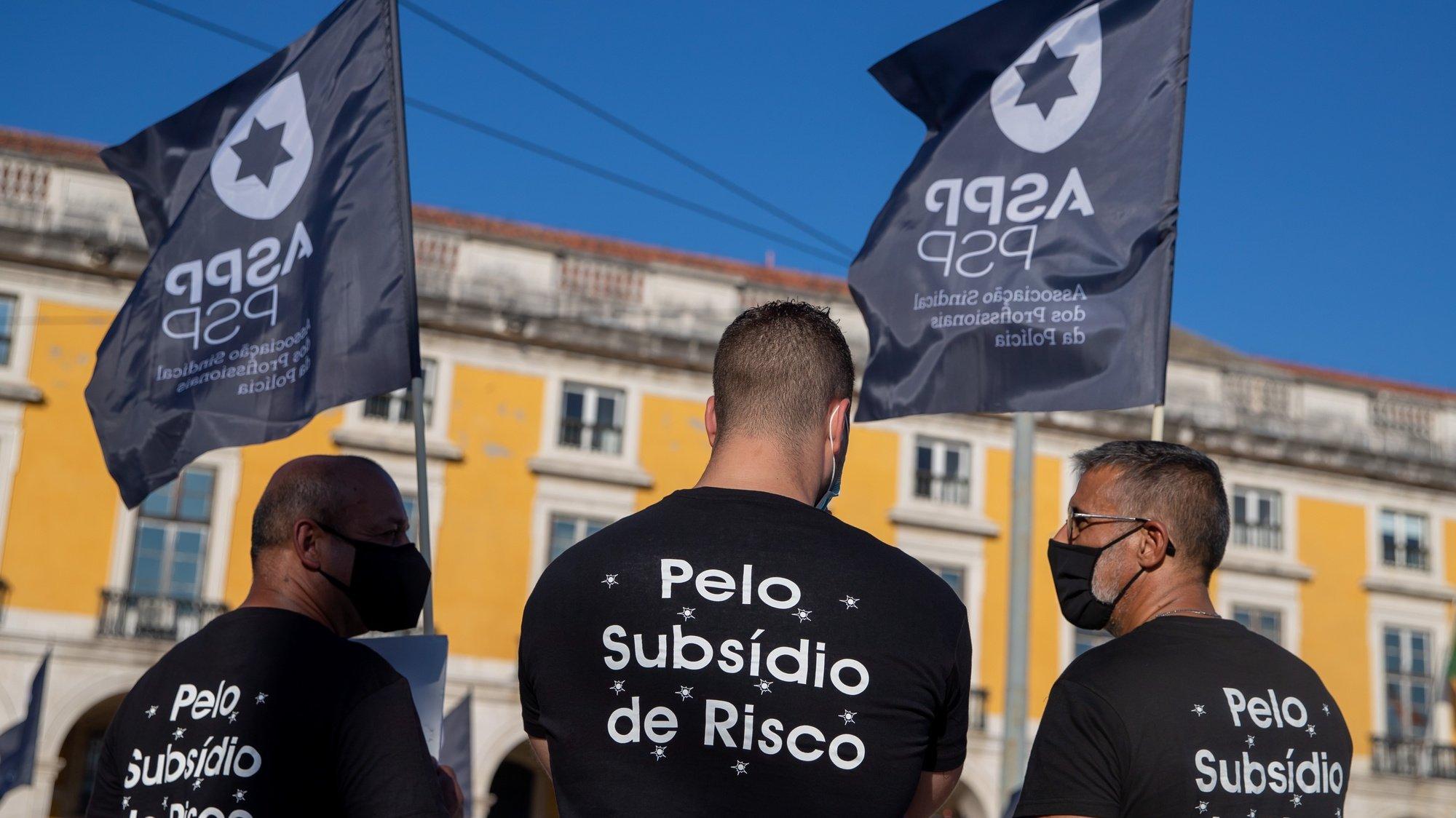 """Profissionais da Polícia de Segurança Pública e da Guarda Nacional Republicana protestam com o objetivo de """"sensibilizar todos os cidadãos para a problemática da não atribuição do suplemento de risco aos polícias da PSP e militares da GNR"""", em frente ao Ministério da Administração Interna, em Lisboa, 15 de julho de 2021. JOSÉ SENA GOULÃO/LUSA"""