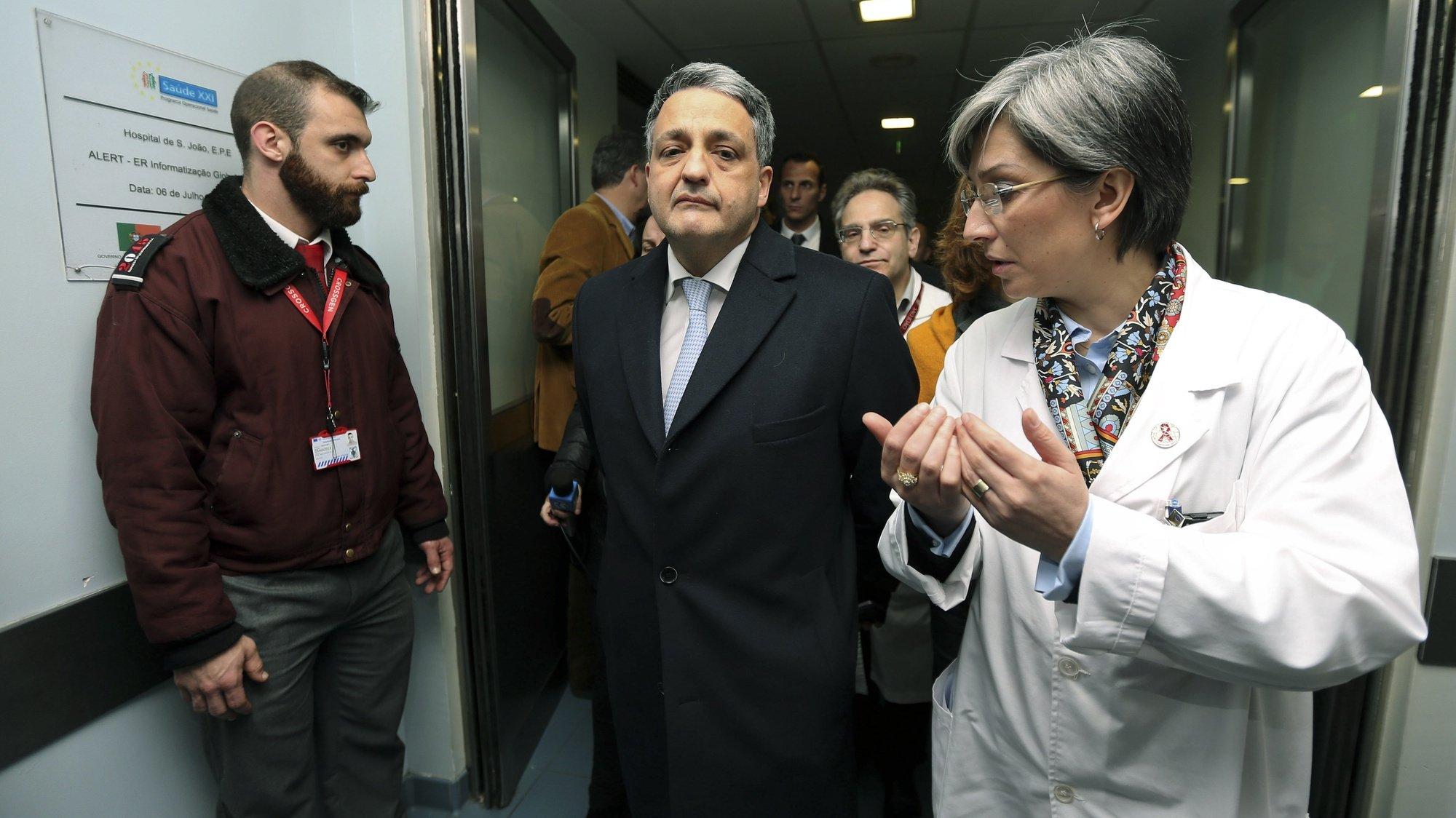 O Ministro da Saúde, Paulo Macedo (C), acompanhado por Margarida Tavares, a diretora clínica (D), visita o Hospital de São João, no Porto, 27 janeiro 2015. ESTELA SILVA/LUSA