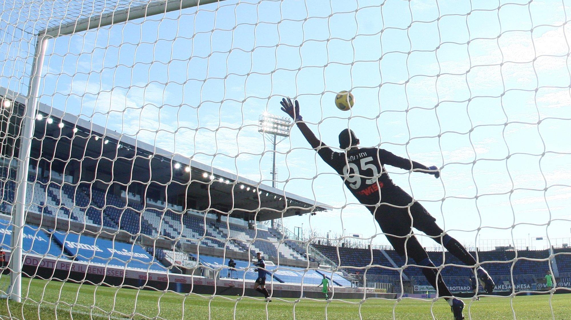 epa08977668 Atalanta's goalkeeper Pierluigi Gollini concedes Lazio's 1-0 lead during the Italian Serie A soccer match between Atalanta BC and SS Lazio in Bergamo, Italy, 31 January 2021.  EPA/PAOLO MAGNI