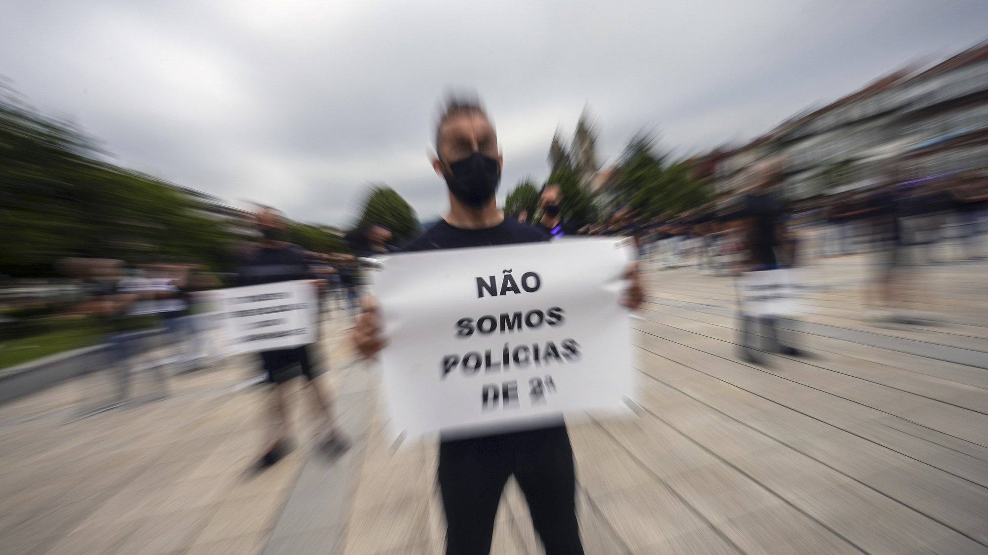 Cerca de 300 polícias participam na marcha silenciosa de polícias por um subsídio de risco justo que terminou em frente ao edifício do Comando Distrital da PSP de Braga, 20 de julho de 2021. HUGO DELGADO/LUSA