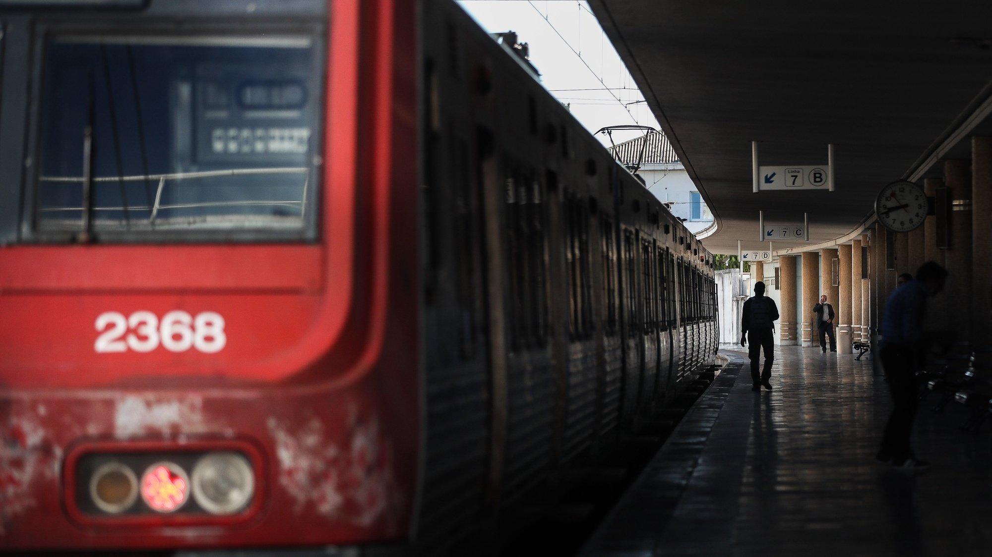 Um comboio parado na Estação de Santa Apolónia durante a greve de trabalhadores da Infraestruturas de Portugal, em Lisboa, 2 de julho de 2021. Os trabalhadores exigem aumento de salários, o cumprimento integral do clausulado do Acordo Coletivo de Trabalho, a negociação coletiva, a atualização do valor do subsídio de refeição e a integração do abono de irregularidade de horário no conceito de retribuição. MÁRIO CRUZ/LUSA