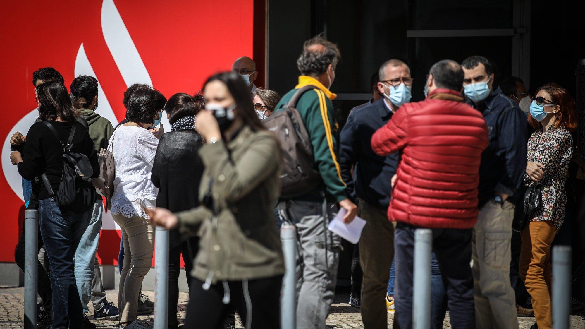 Reunião de trabalhadores do Banco Santander Totta convocada pela Comissão Nacional de Trabalhadores do Banco para debaterem a ameaça de redução de trabalhadores e que medidas tomar, em Lisboa, 06 de maio de 2021. ANDRÉ KOSTERS/LUSA