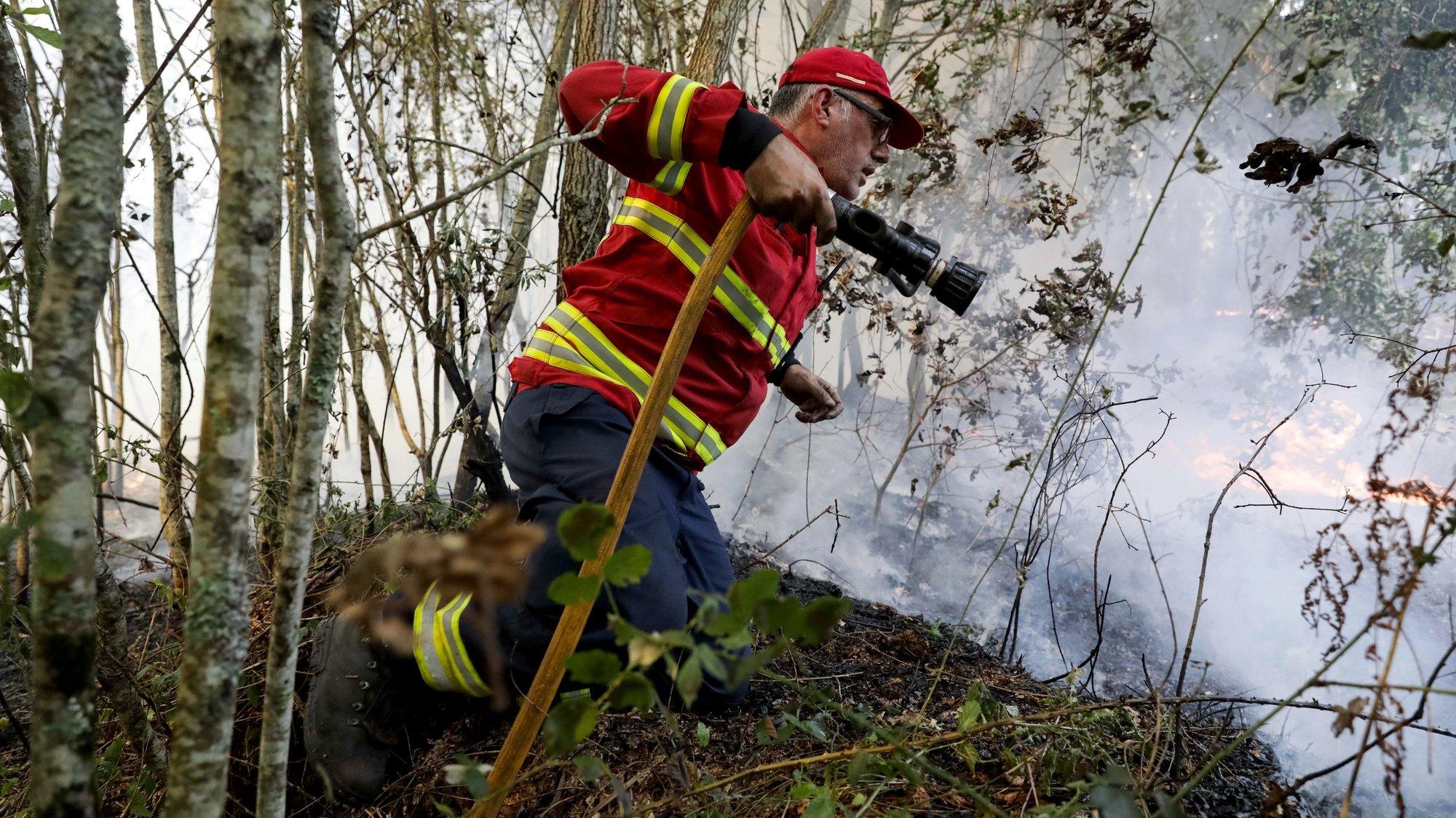 Um bombeiro durante o combate ao incêndio florestal que lavra desde segunda-feira nos concelhos de Oliveira de Frades e Sever do Vouga, em Pisão, 08 de setembro de 2020. A Estrada Nacional (EN) 328 encontra-se hoje cortada entre as freguesias de Pessegueiro do Vouga e Talhadas, na saída para a Autoestrada 25 (A25), no concelho de Sever do Vouga, devido ao incêndio de Oliveira de Frades. PAULO NOVAIS/LUSA
