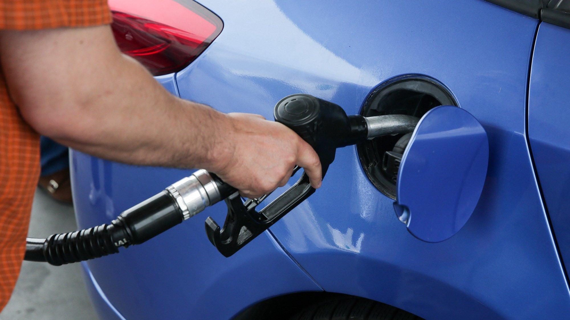 Um condutor abastece o seu automóvel num posto  de combustível em São Domingos de Rana, Cascais, 07 de julho de 2018. INÁCIO ROSA/LUSA