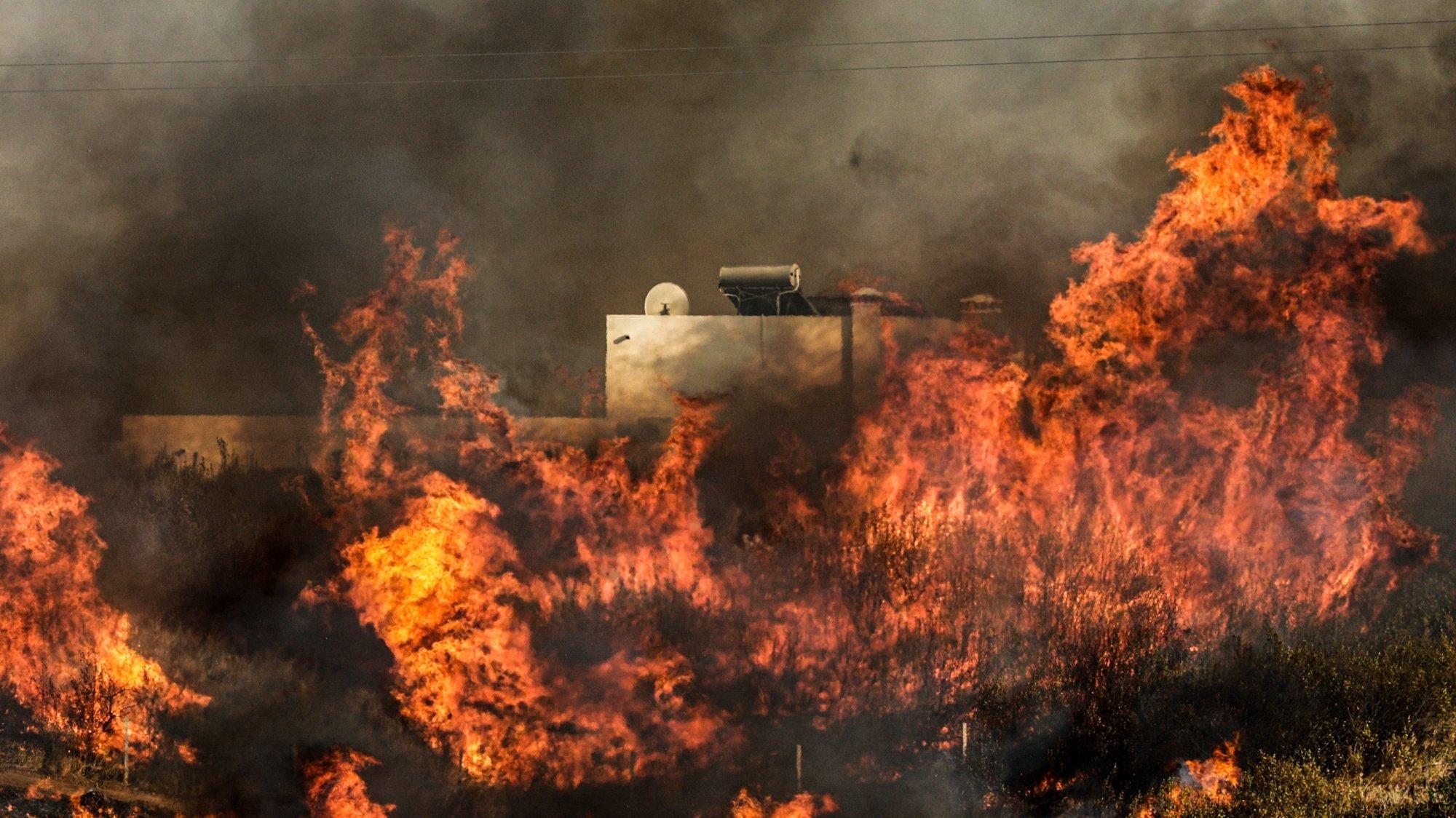 """O incêndio que deflagrou de madrugada em Odeleite, no concelho de Castro Marim, no Algarve, teve um reacendimento """"forte"""" esta tarde e esperam-se horas""""de muito trabalho"""" para os operacionais, revelou a Proteção Civil, Castro Marim, Faro, 16 de agosto de 2021. De acordo com a página da Internet da Autoridade Nacional de Emergência e Proteção Civil, estão no local 381 operacionais, com o apoio de 128 viaturas, além de 03 meios aéreos. LUÍS FORRA/LUSA"""