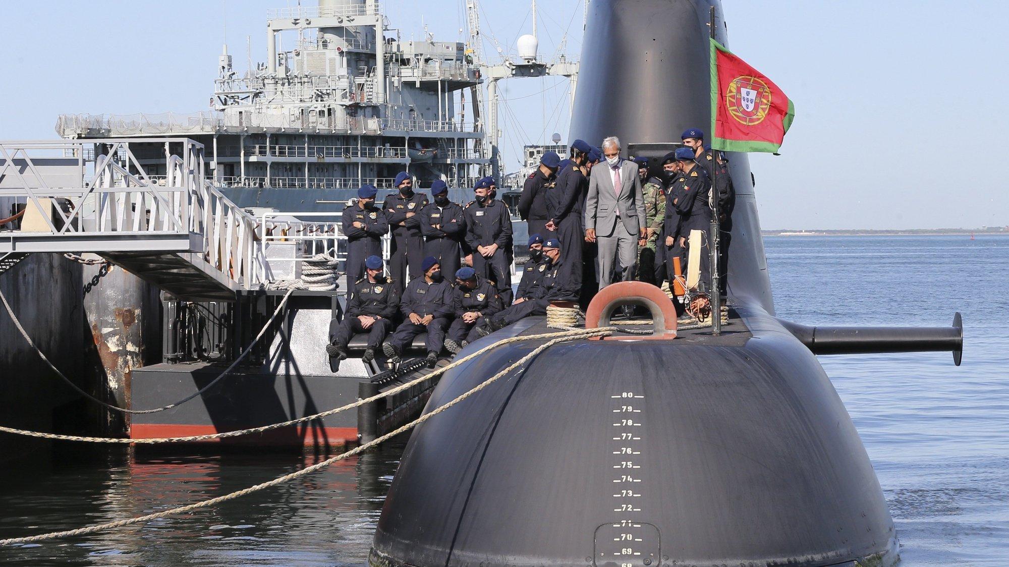 """O ministro da Defesa Nacional, João Gomes Cravinho (C-D), durante a cerimónia de receção ao submarino """"Tridente"""" e respetiva guarnição, na base naval do Alfeite, em Almada, 20 de agosto de 2021. O submarino """"Tridente"""", da Marinha Portuguesa, regressa depois de 67 dias a participar na Operação """"Sea Guardian"""" da NATO e a dar apoio à Operação IRINI da União Europeia, ambas no Mar Mediterrâneo. MANUEL DE ALMEIDA/LUSA"""