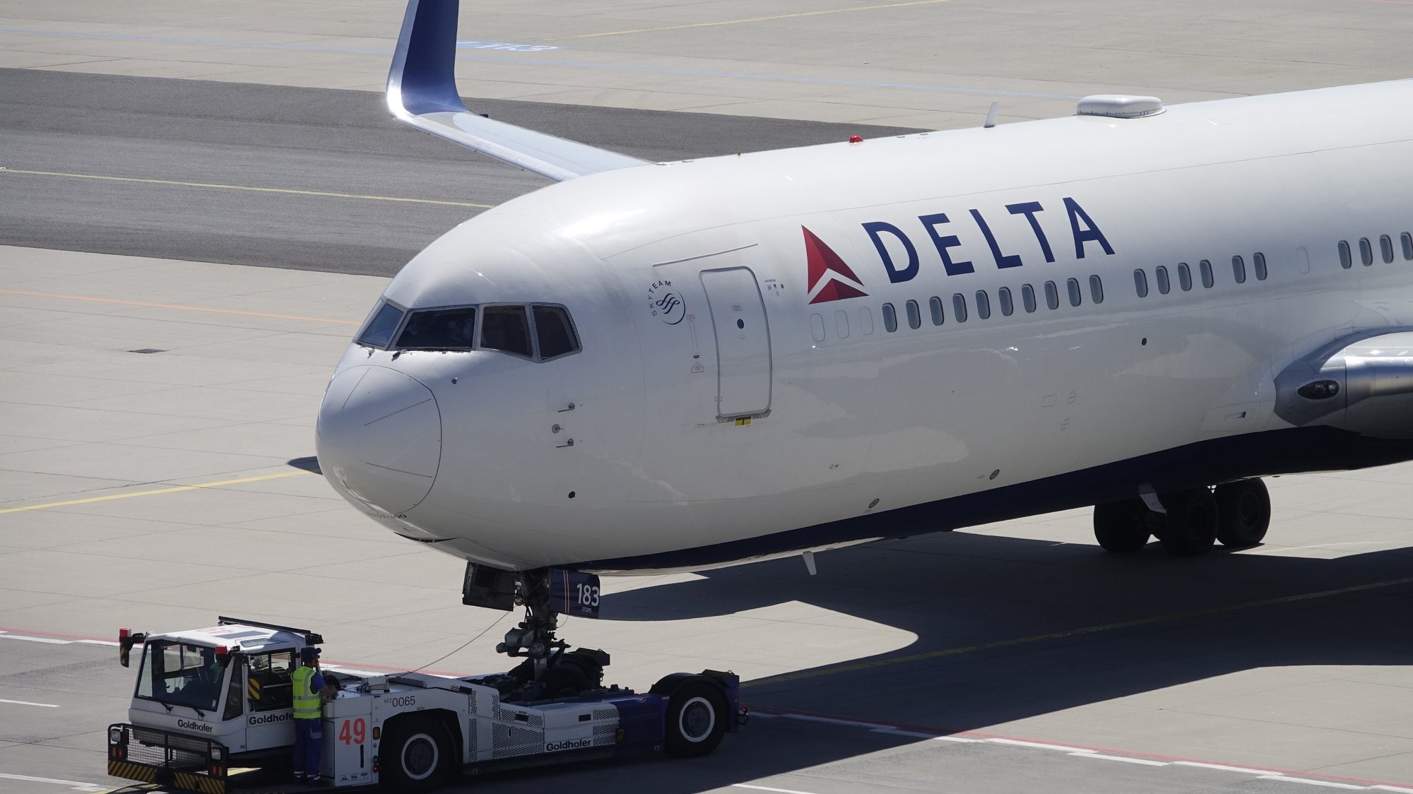 epa08937237 (FILE) - A Boeing 767-332 of Delta Air Lines is moved from the parking position prior to take-off at the Frankfurt airport, Germany, 08 May 2018 (reissued 14 January 2021). Delta Airlines on 14 January 2021 released their 2020 results saying their December quarter 2020 GAAP pre-tax loss stood at 1.1 billion USD and loss per share of 1.19 USD on total revenue of 4.0 billion USD, while December quarter 2020 adjusted pre-tax loss of 2.1 billion USD and adjusted loss per share of 2.53 USD on adjusted operating revenue of 3.5 billion USD. Full year 2020 GAAP pre-tax loss stood at 15.6 billion USD and loss per share of 19.49 USD on total revenue of 17.1 billion USD. Full year 2020 adjusted pre-tax loss was 9.0 billion and adjusted loss per share of 10.76 USD on adjusted operating revenue of 15.9 billion USD.  EPA/MAURITZ ANTIN *** Local Caption *** 54316176