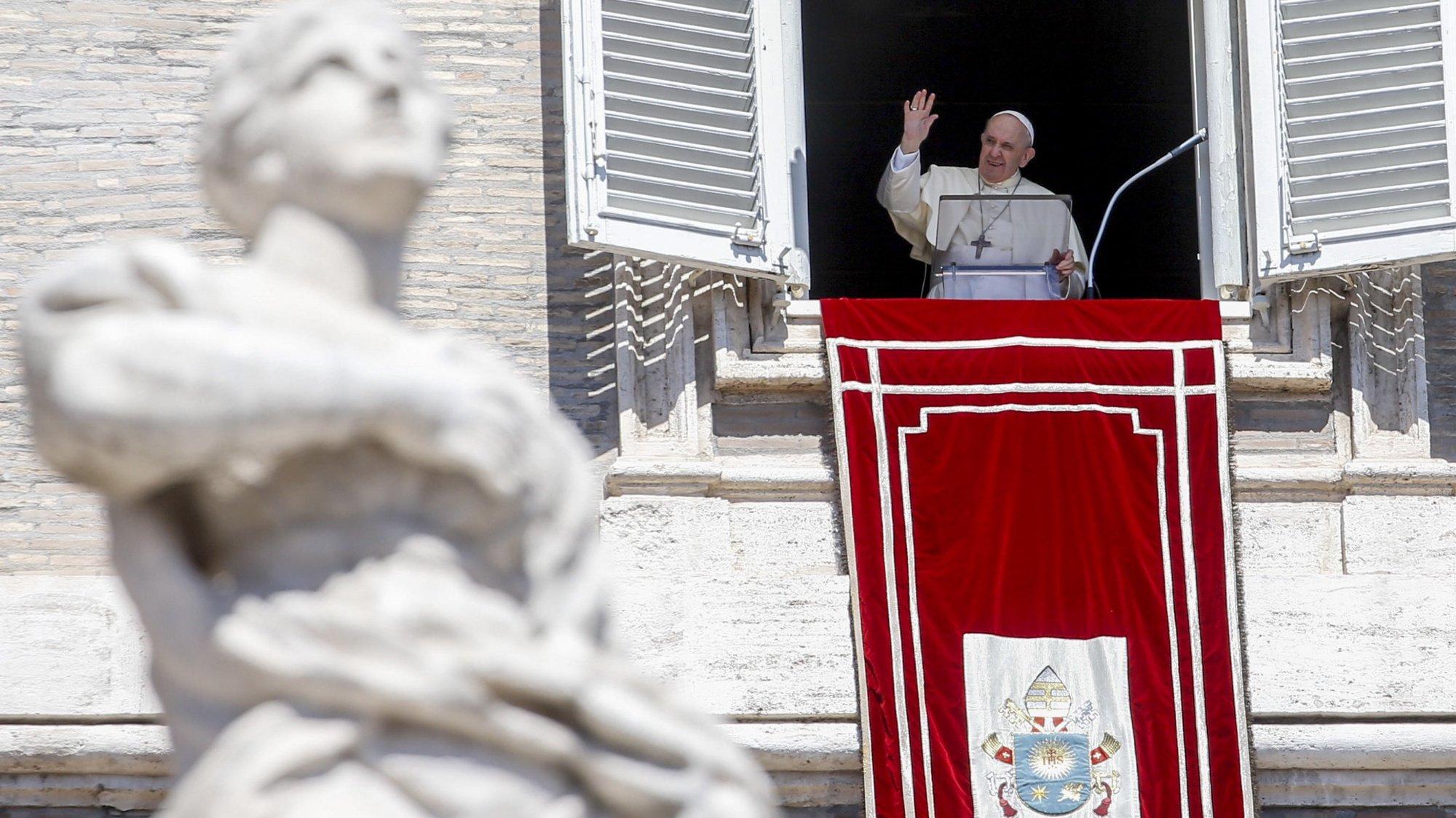 epa09435025 Pope Francis recites the Angelus prayer from the window of his study overlooking Saint Peter's Square, Vatican City, 29 August 2021.  EPA/FABIO FRUSTACI