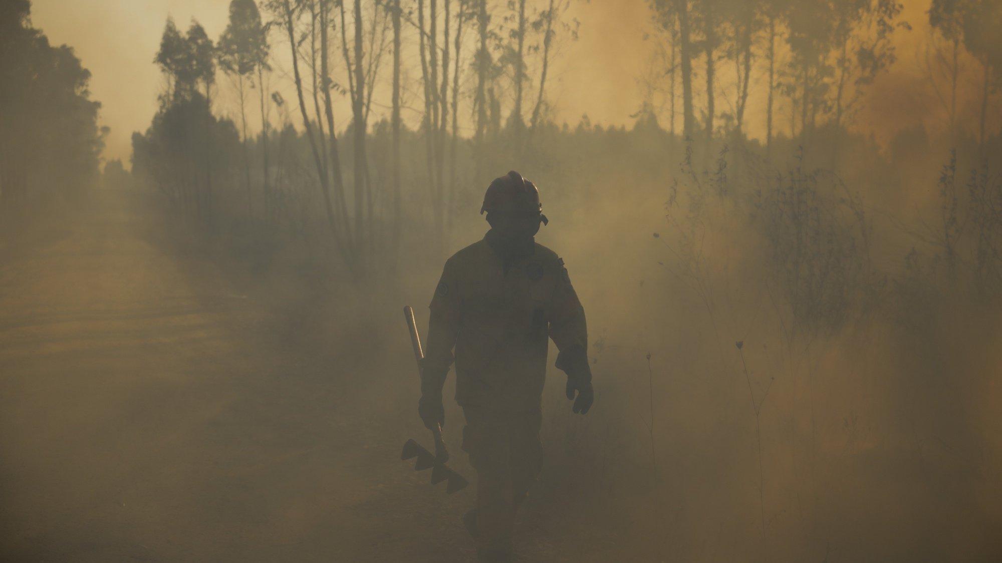 Bombeiros combatem um incêndio em Glória do Ribatejo, no concelho de Salvaterra de Magos, 22 agosto 2021. O incêndio que lavradesde cerca das 15:00 de hoje em Salvaterra de Magos causou um ferido ligeiro, o condicionamento da uma estrada e o corte da linha férrea de Vendas Novas. PAULO CUNHA/LUSA