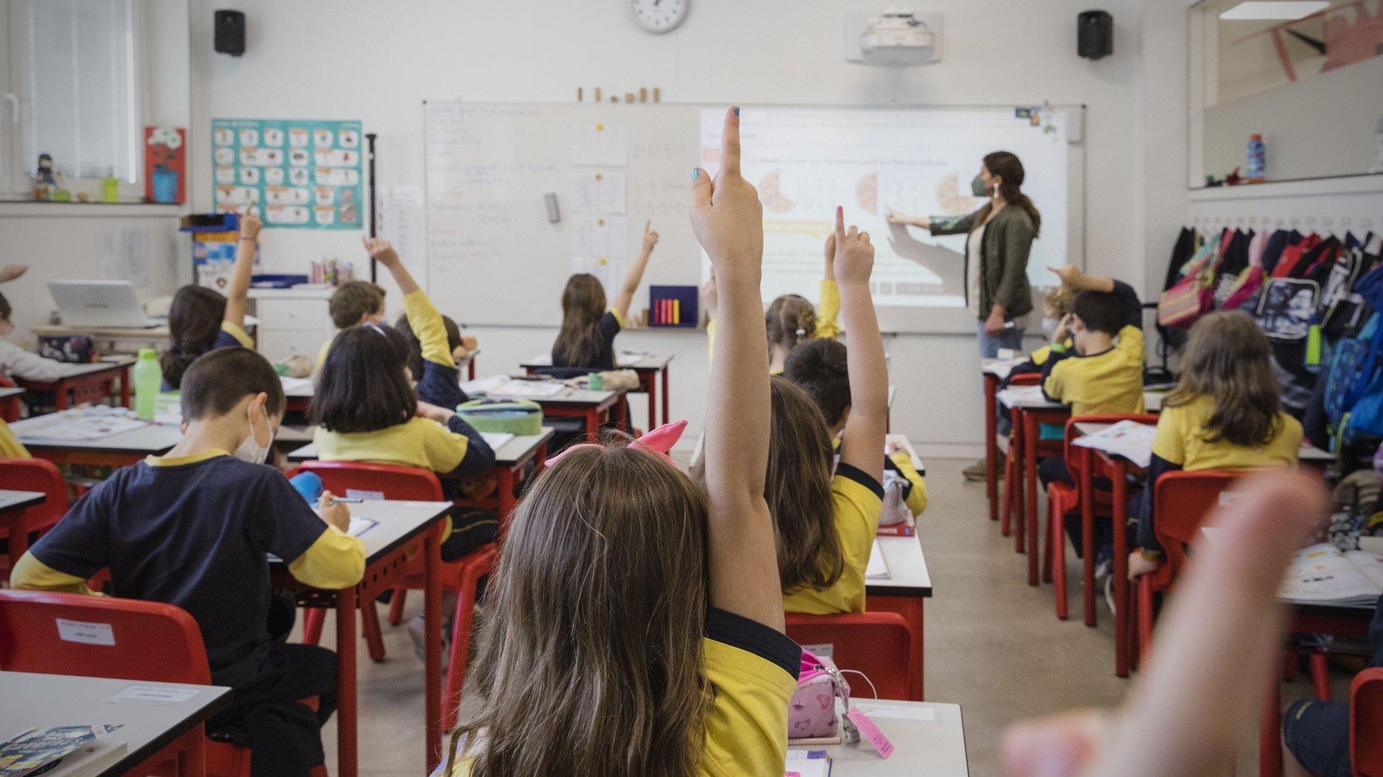 """Alunos assistem a uma aula no Colégio do Rosário, no Porto, 19 de maio de 2021. Sem nenhuma """"receita"""" para o sucesso além de """"dedicação, trabalho e rigor"""", o Colégio do Rosário, no Porto, volta a ser, num ano de inovação e de gestão de crise, a escola com melhores resultados nos exames do secundário. (ACOMPANHA TEXTO DA LUSA DO DIA 21 DE MAIO DE 2021) JOSÉ COELHO/LUSA"""
