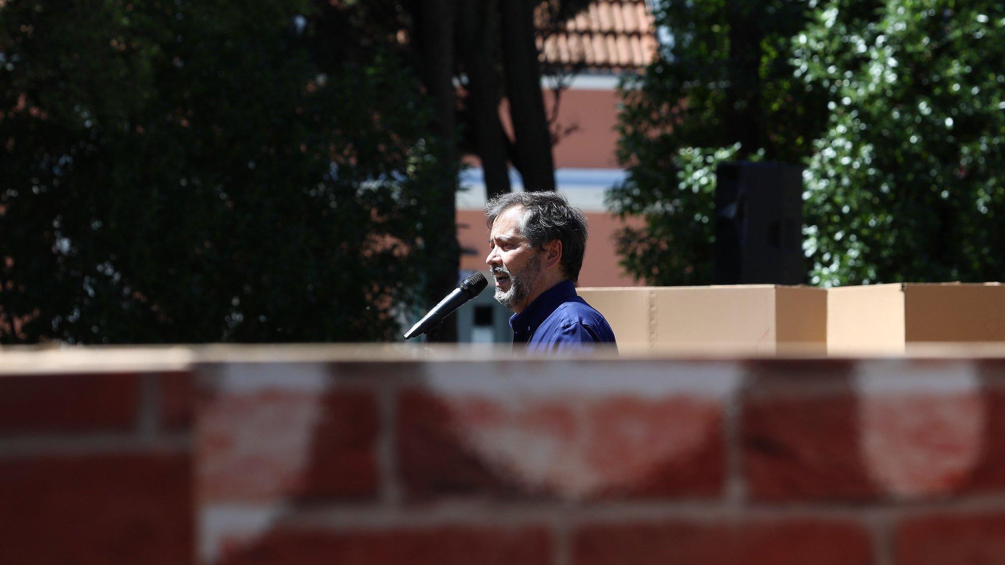 O secretário-geral da Federação Nacional dos Professores (FENPROF), Mário Nogueira, discursa durante uma ação de protesto dos professores junto ao Palácio Nacional da Ajuda, em Lisboa, 20 de maio de 2021. Esta é a terceiro de quatro protestos que a Federação Nacional dos Professores (FENPROF) promove, neste mês de maio, por melhores condições de trabalho. ANTÓNIO COTRIM/LUSA