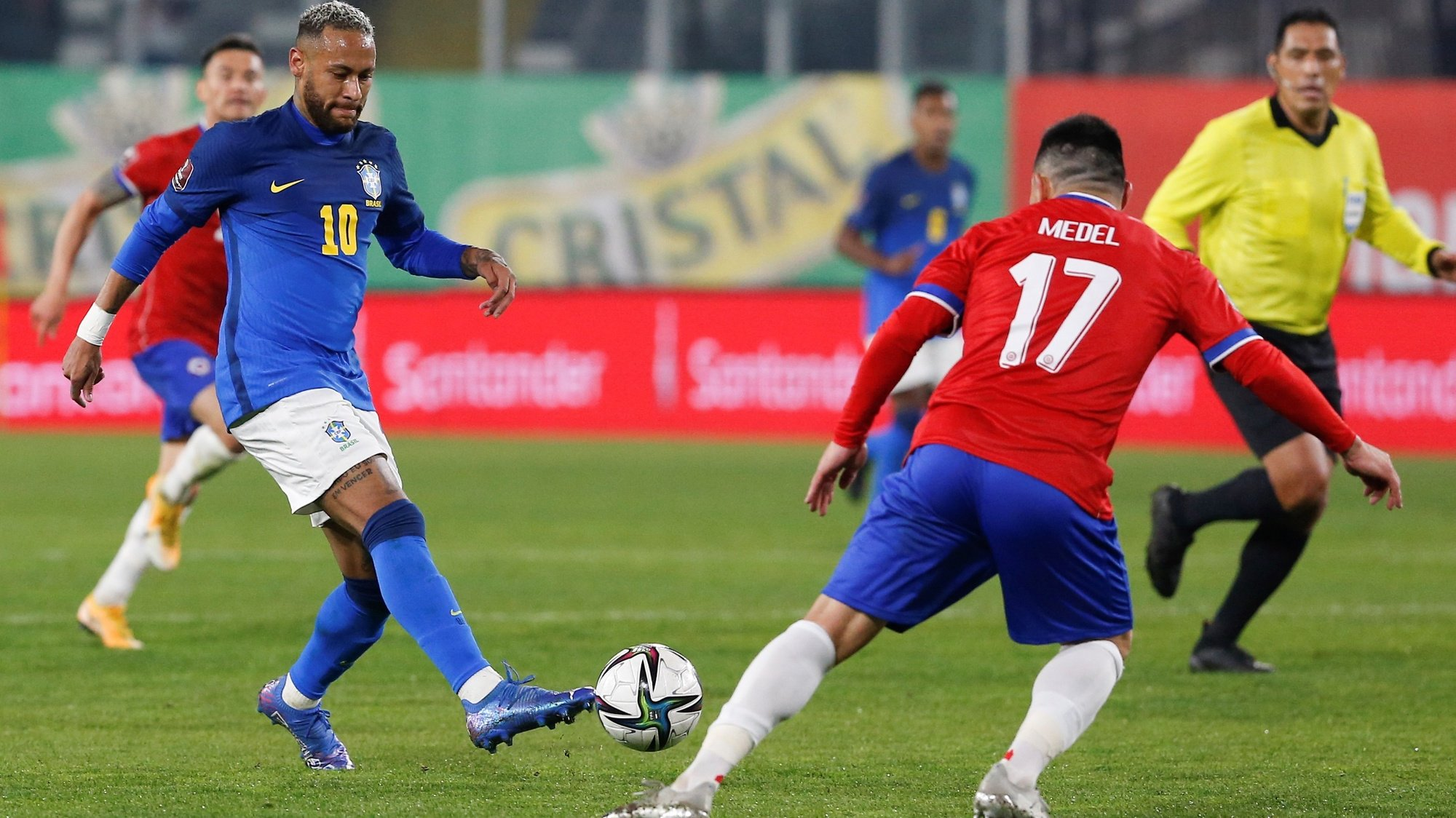 epa09444468 Chile's Gary Medel (R) in action against Brazil's Neymar Jr. (L) during the Conmebol qualifiers for the Qatar 2022 World Cup between Chile and Brazil at Monumental Stadium in Santiago, Chile, 02 September 2021.  EPA/CLAUDIO REYES / POOL