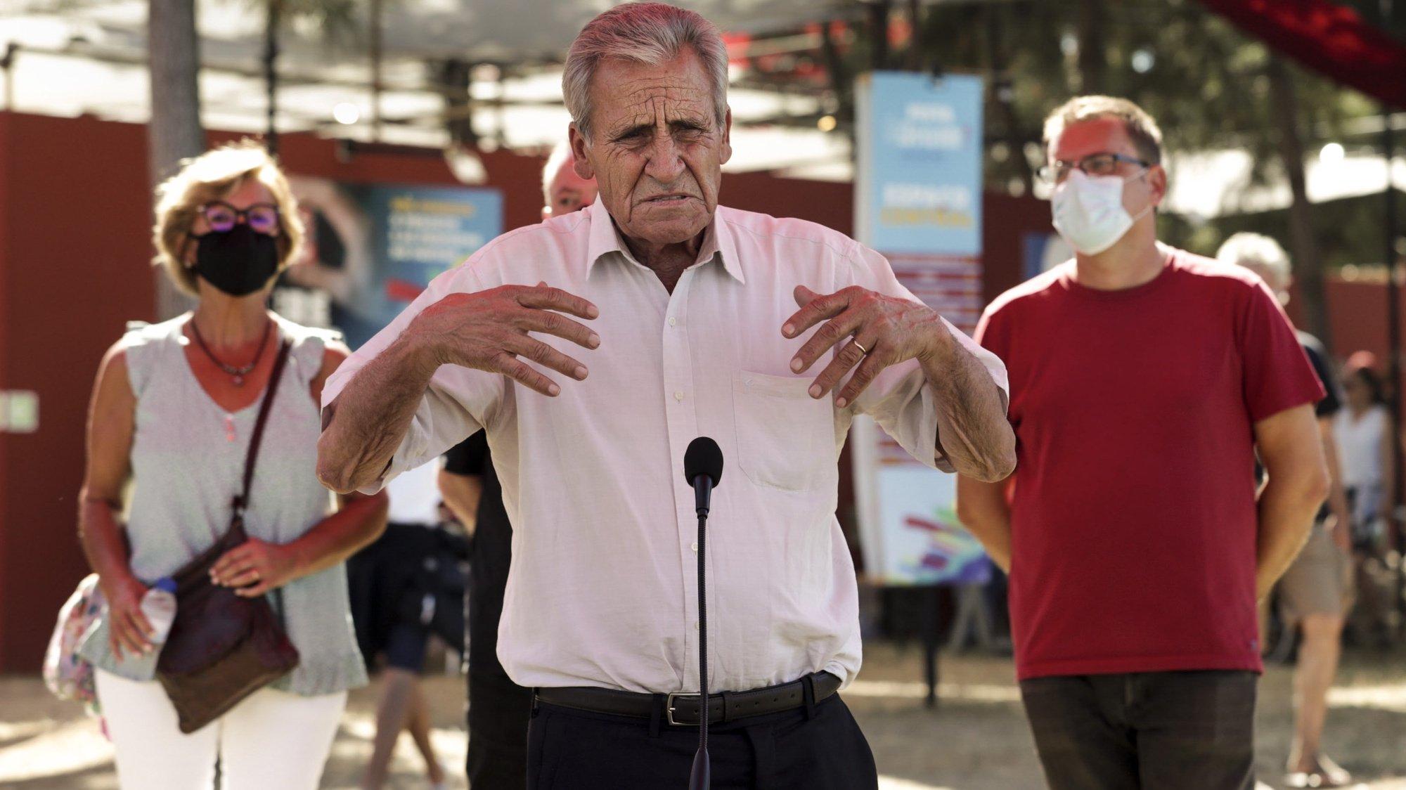 """O secretário-geral do Partido Comunista Português (PCP), Jerónimo de Sousa (C), fala aos jornalistas após ter visitado a exposição do Centenário do Partido Comunista Português – 1921-2021, no Espaço Central da 45.ª Festa do """"Avante!"""", evento político-cultural, organizado pelo Partido Comunista Português, na Quinta da Atalaia, no Seixal, 04 de setembro de 2021. TIAGO PETINGA/LUSA"""
