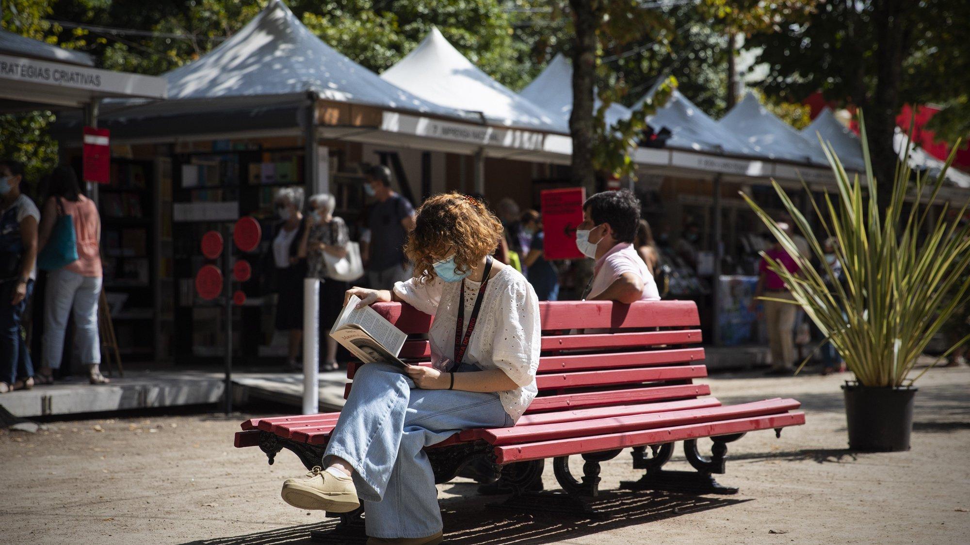 Visitantes da 8.ª edição da Feira do Livro do Porto, Jardins do Palácio de Cristal, Porto, 27 de agosto de 2021. JOSÉ COELHO/LUSA