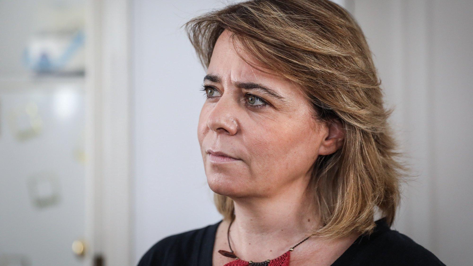 """A coordenadora, do Bloco de Esquerda (BE), Catarina Martins, durante uma visita ao Programa de Alojamento """"Housing First"""" em situação sem abrigo, em Lisboa, 08 de setembro de 2021. RODRIGO ANTUNES/LUSA"""