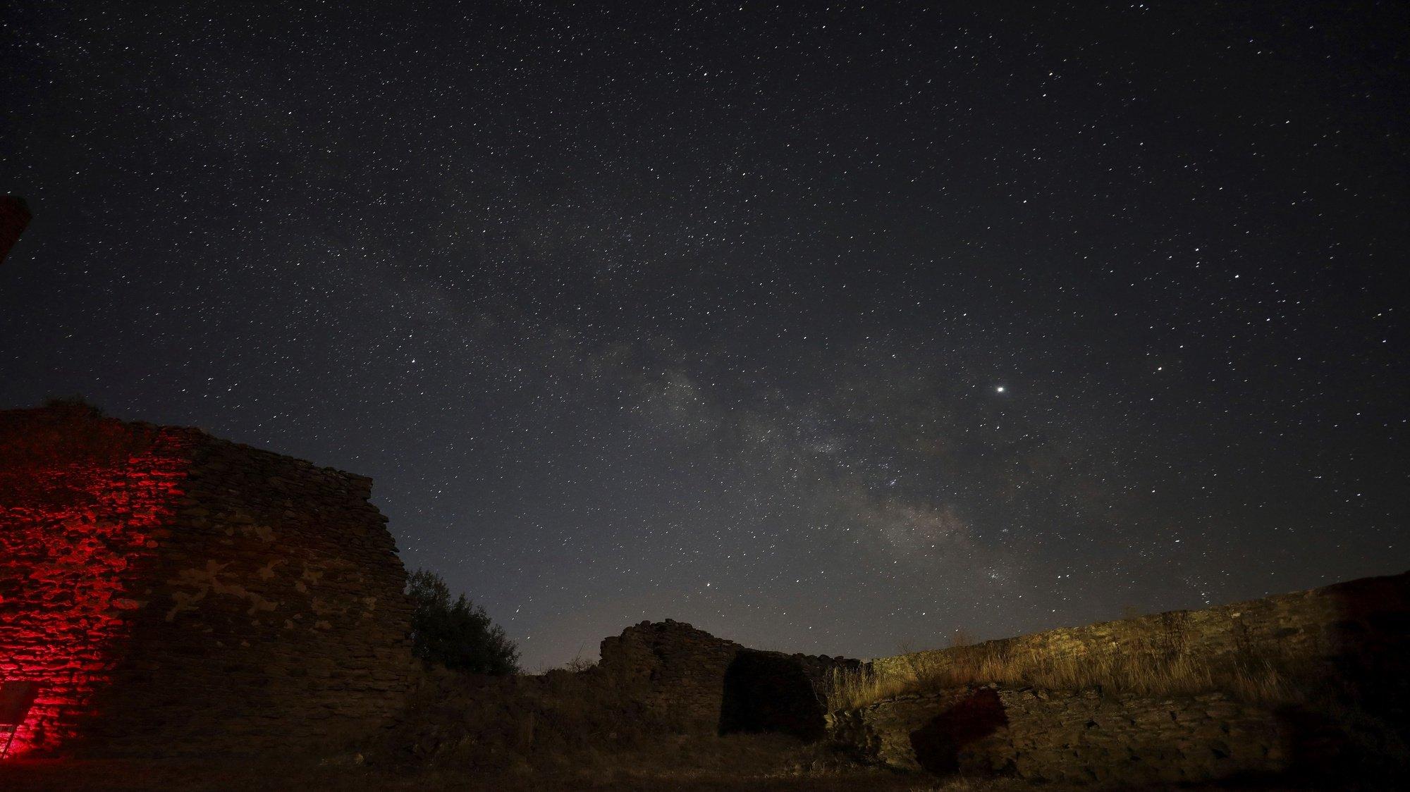 O céu visto do Castelo de Noudar integrado no turismo de estrelas que tem vindo a conquistar cada vez mais interesse na zona fronteiriça de Barrancos, 5 de julho de 2019. (ACOMPANHA TEXTO DE 20/07/2019) CARLOS GARCIA/EFE/LUSA
