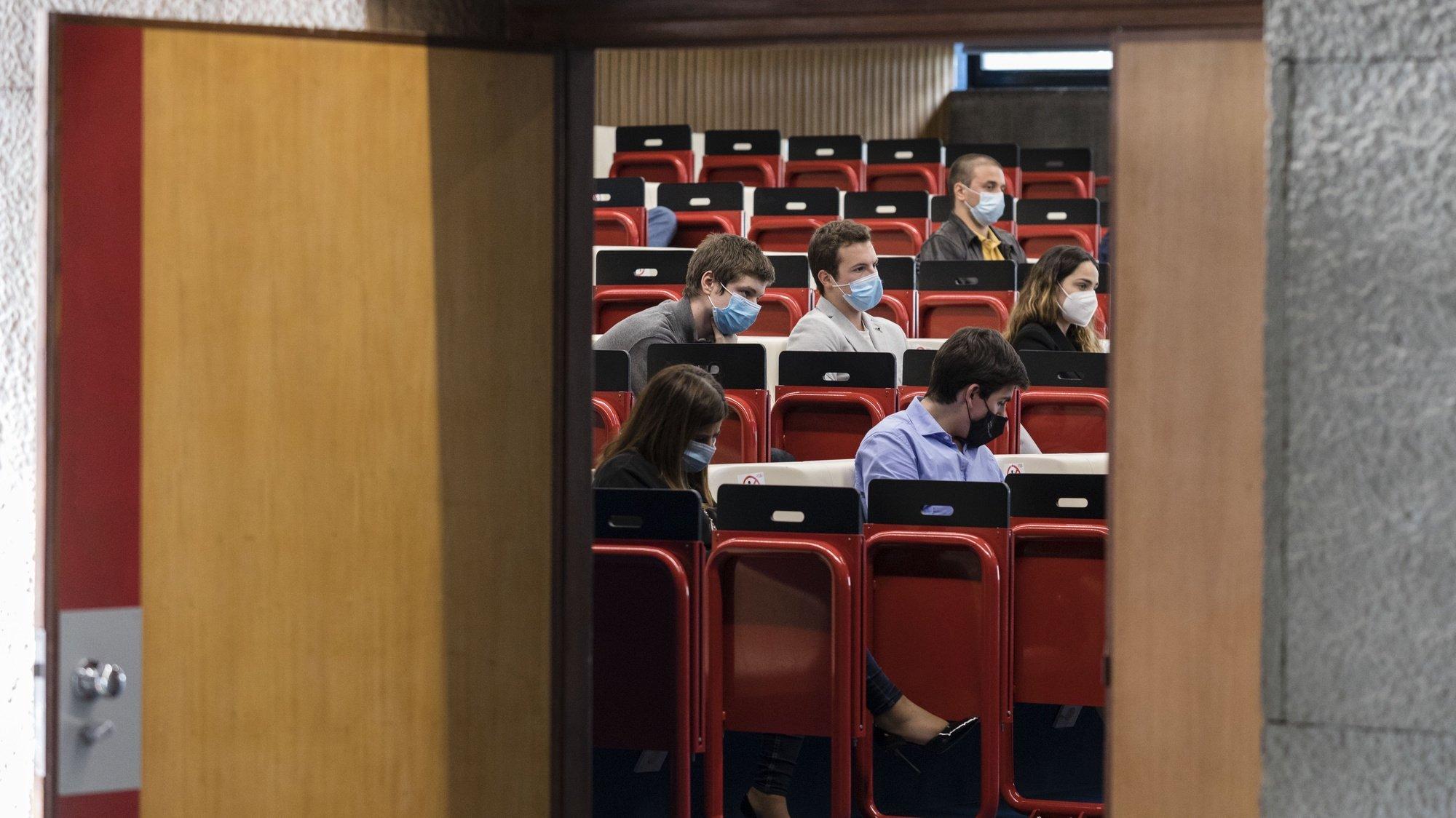 Estudantes participam numa aula presencial na Faculdade de Economia da Universidade do Porto, 21 de maio de 2021. JOSÉ COELHO/LUSA