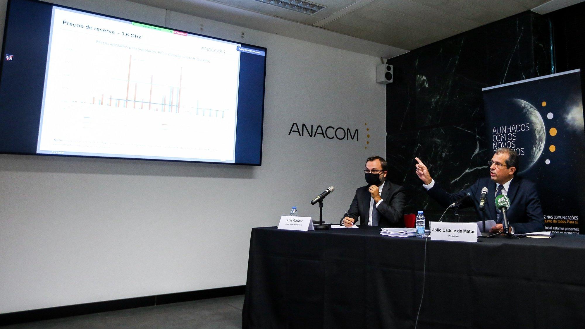 O presidente da ANACOM, João Cadete de Matos (D), durante a conferência de imprensa para a apresentação do regulamento do leilão do 5G, em Lisboa, 05 de novembro de 2020. NUNO FOX/LUSA
