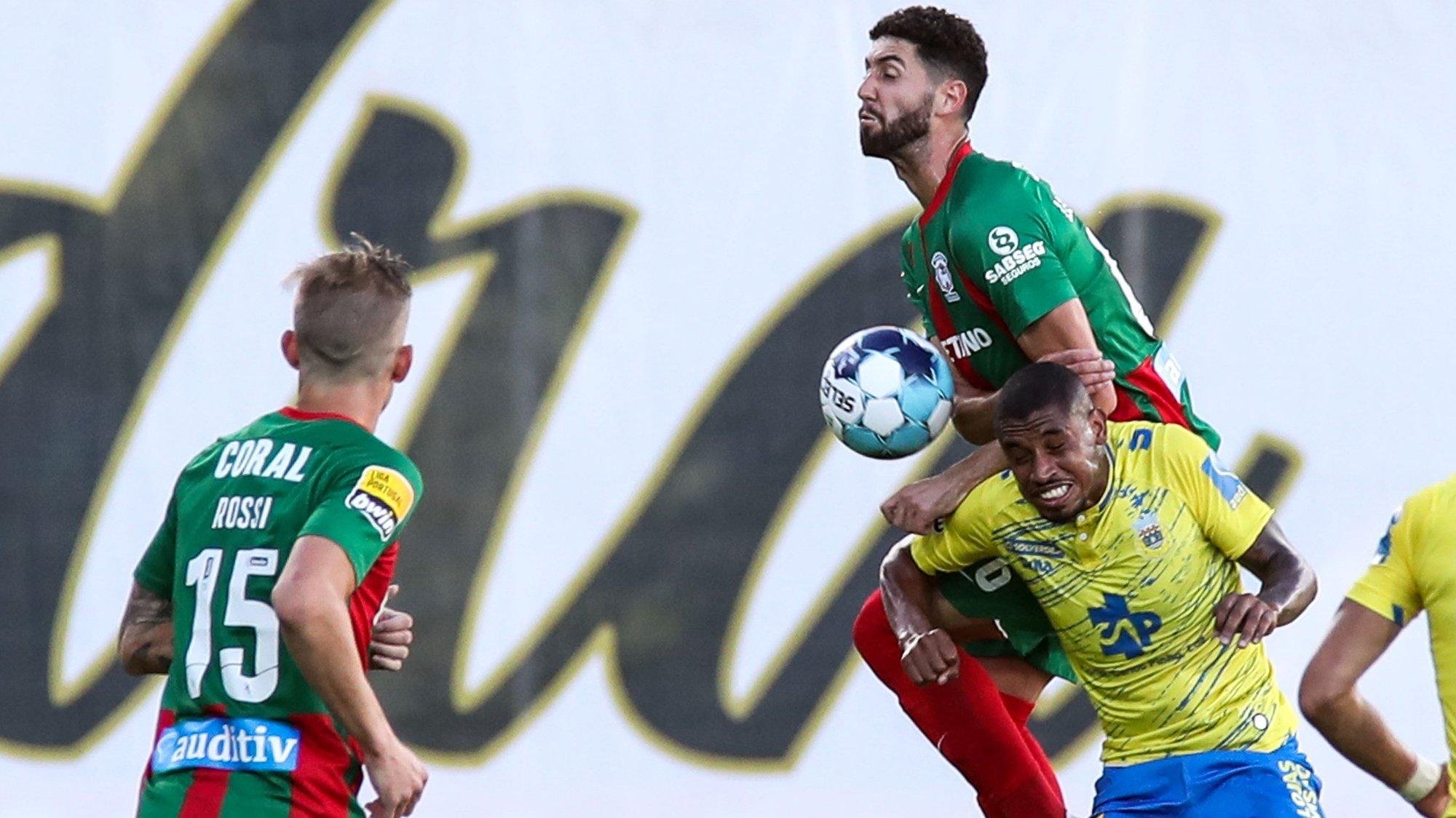 O jogador do Marítimo, Leo Andrade ( C) disputa a bola com o jogador do Arouca, André Silva ( D), durante o jogo da Primeira Liga de Futebol, disputado no Estádio da Madeira, no Funchal, 13 de setembro de 2021. HOMEM DE GOUVEIA/LUSA
