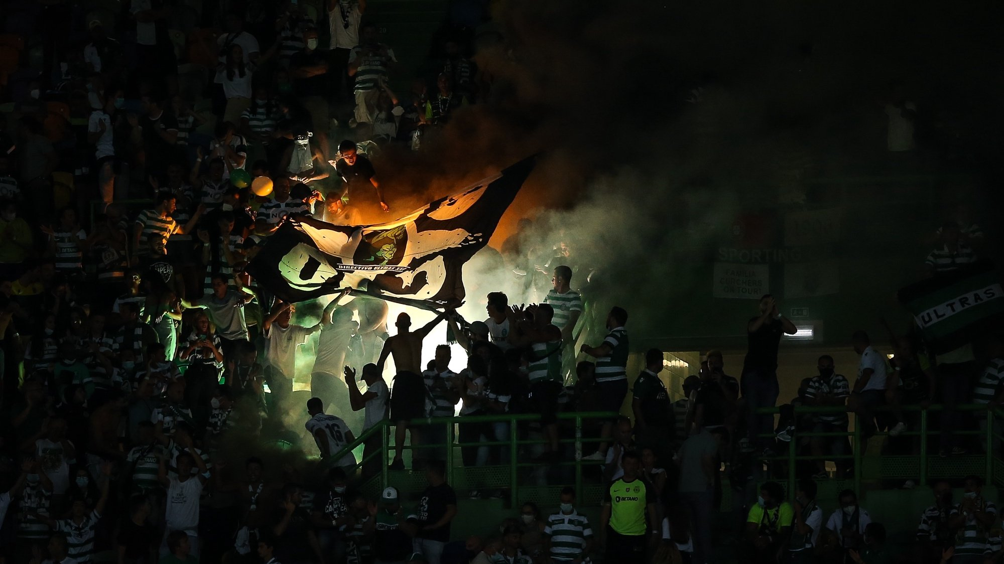 epa09462792 Sporting's fans react during the Portuguese First League soccer match between Sporting and FC Porto at Jose de Alvalade Stadium in Lisbon, Portugal, 11 September 2021.  EPA/RODRIGO ANTUNES